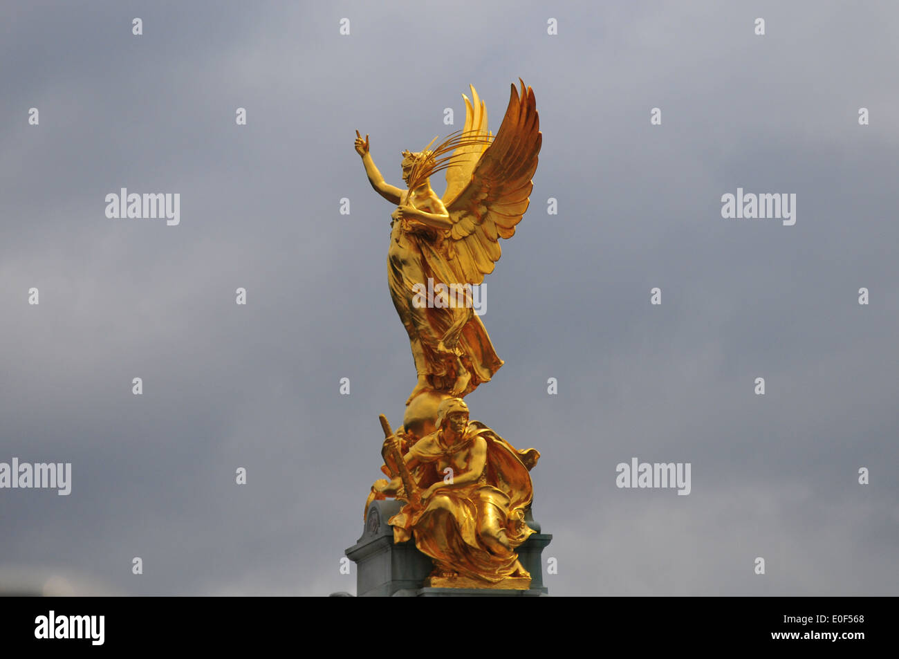 Golden wisdom statue in front of Buckimgham palace - Stock Image
