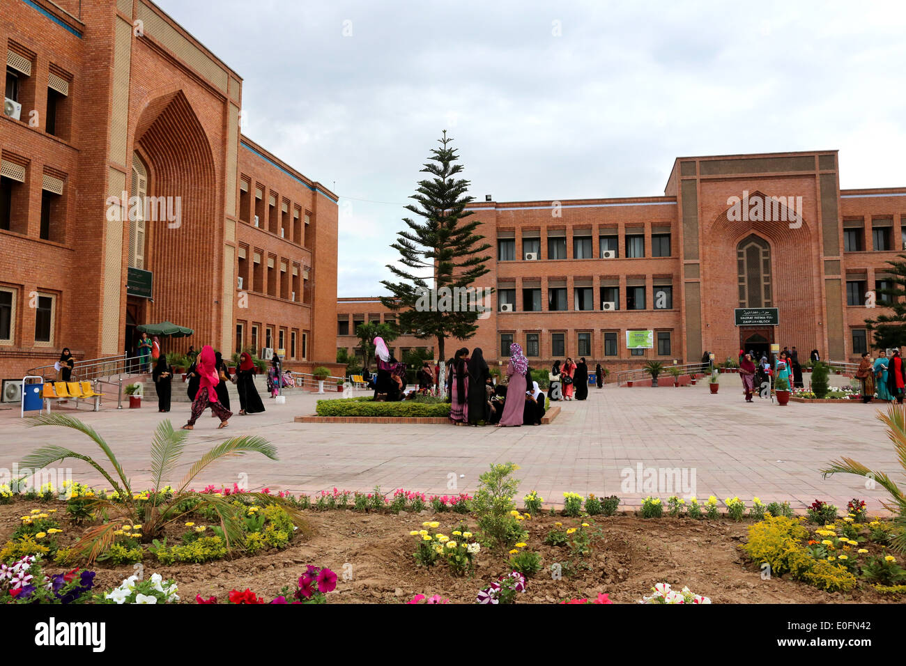 Students of the International Islamic University, Female Campus premises, Islamabad, Pakistan - Stock Image