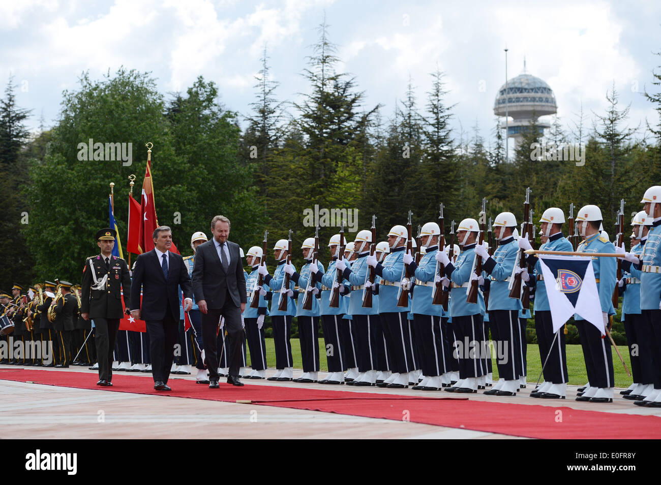 (140512) -- ANKARA, MAY 12, 2014 (Xinhua)-- Turkish Presidnet Abdullah Gul (L) welcomes the visiting President of the Presidium of Bosnia-Herzegovina Bakir Izetbegovic at a ceremony in Ankara, Turkey, May 12, 2014. (Xinhua/Turkish Presidential Palace) - Stock Image