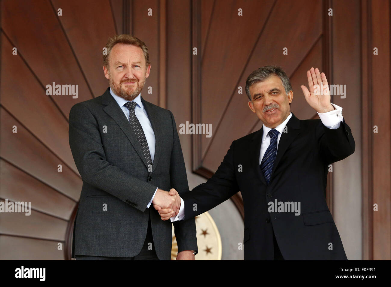 (140512) -- ANKARA, MAY 12, 2014 (Xinhua)-- Turkish Presidnet Abdullah Gul (R) shakes hands with the visiting President of the Presidium of Bosnia-Herzegovina Bakir Izetbegovic at a ceremony in Ankara, Turkey, May 12,2014.(Xinhua/Mustafa Kaya) - Stock Image
