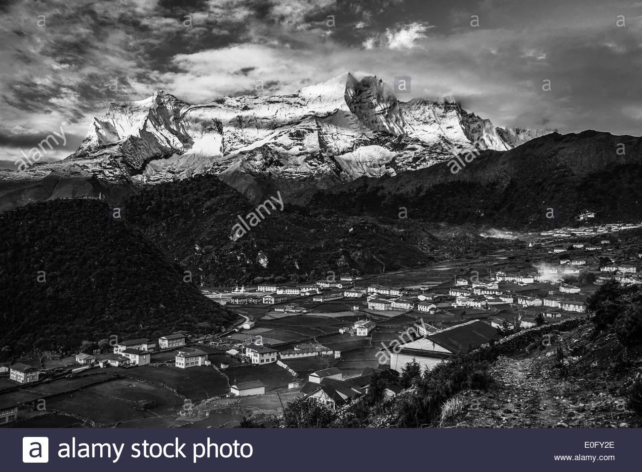 Stunning mountains above Khumjung, Nepal - Stock Image