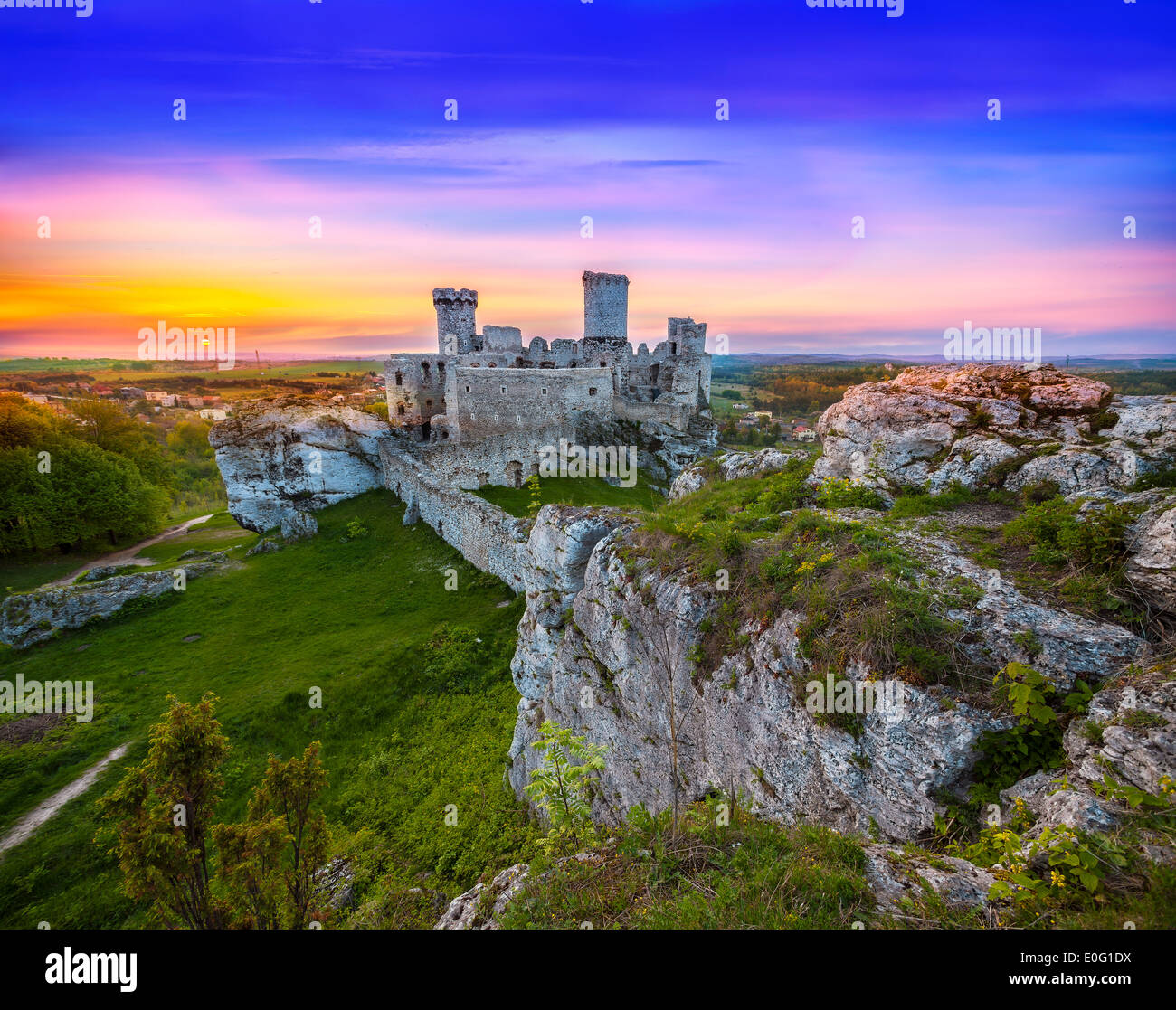 Beautiful sunset over Ogrodzieniec castle, Poland. - Stock Image