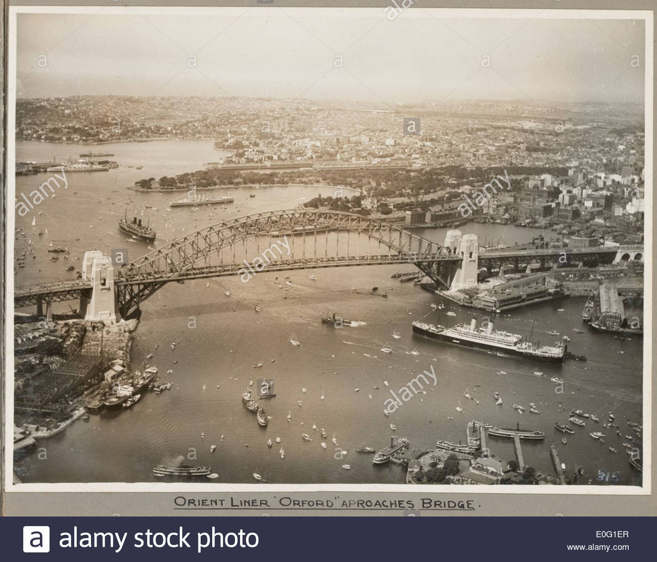 Orient liner SS Orford passing under Sydney Harbour Bridge, 19 March 1932 - Stock Image