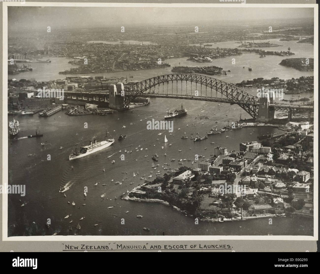 The ships New Zeeland and Manunda passing under Sydney Harbour Bridge, 19 March 1932 - Stock Image