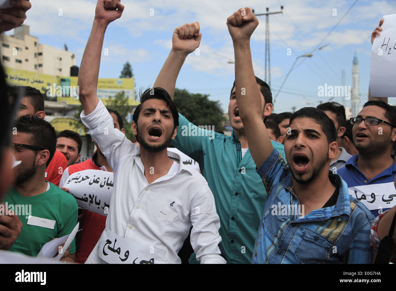 Gaza. 12th May, 2014. Palestinian protestors shout slogans during a protest in Gaza City, on May 12, 2014. The protest came in solidarity with 120 detainees who went on hunger strike two weeks ago protesting against their administrative detention. Credit:  Wissam Nassar/Xinhua/Alamy Live News - Stock Image