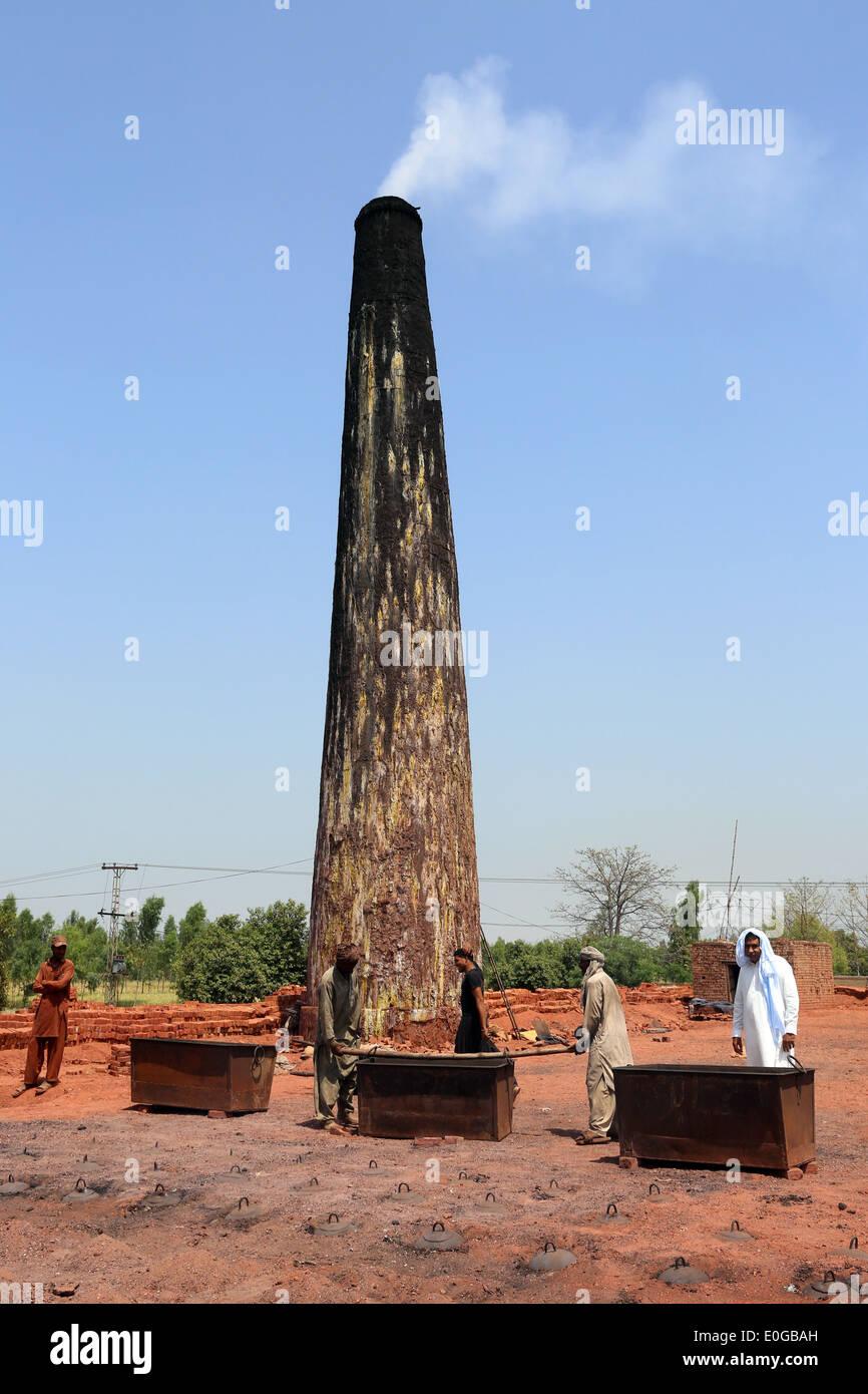 Kiln and smoking chimney of a brick factory, Lahore, Punjab, Pakistan, Asia - Stock Image