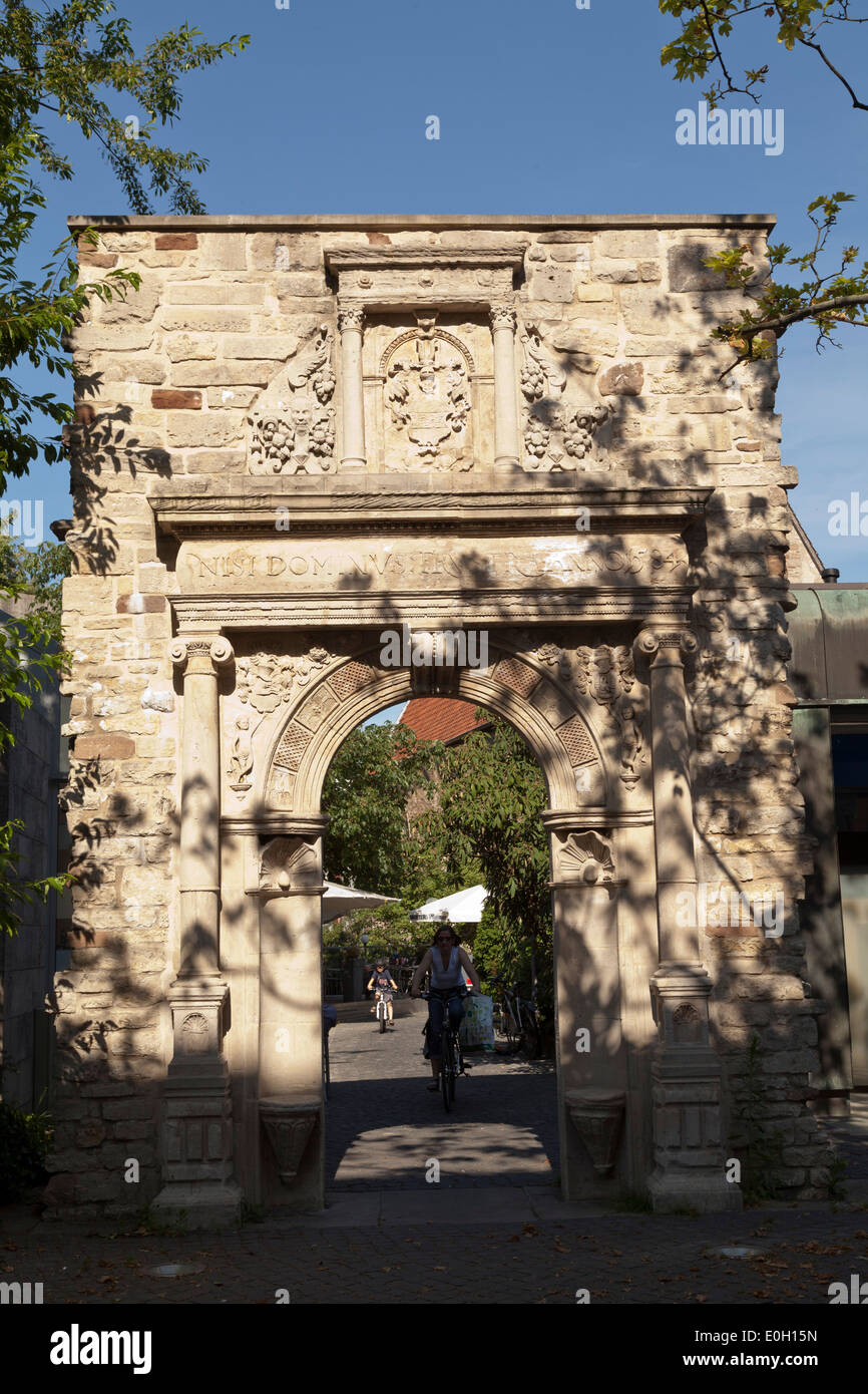 Medieval sculptured stone gate archway, Brunswick, Lower Saxony, Germany - Stock Image