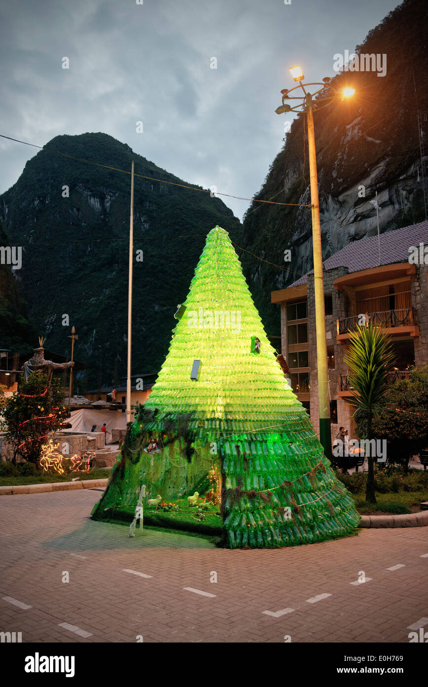 Christmas tree and Jesus crib in the centre of Aguas Calientes, Cusco, Cuzco, Peru, Andes, South America - Stock Image