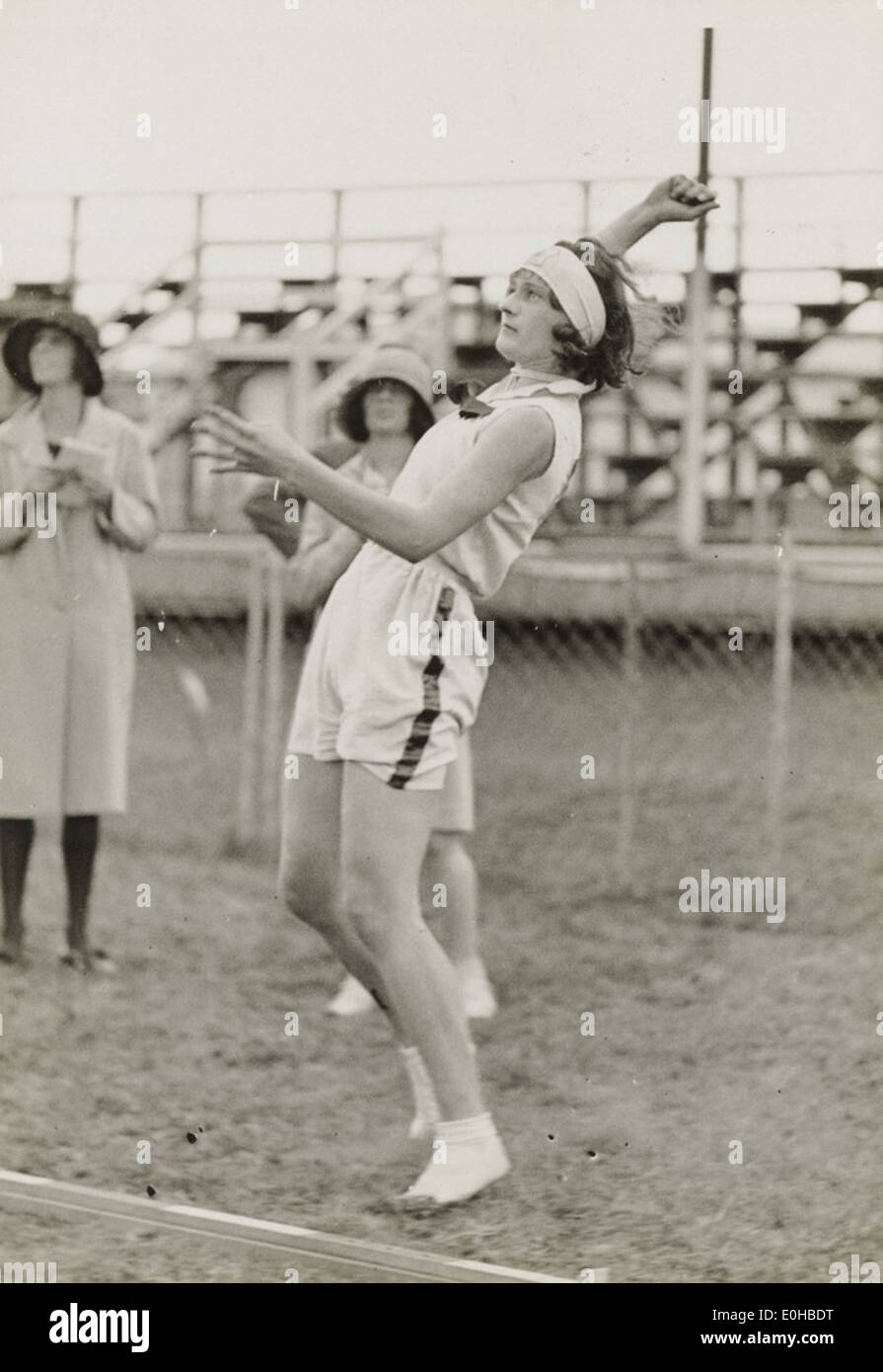 Athlete Nell Gould of St George throwing the discus, New South Wales, ca. 1937. - Stock Image