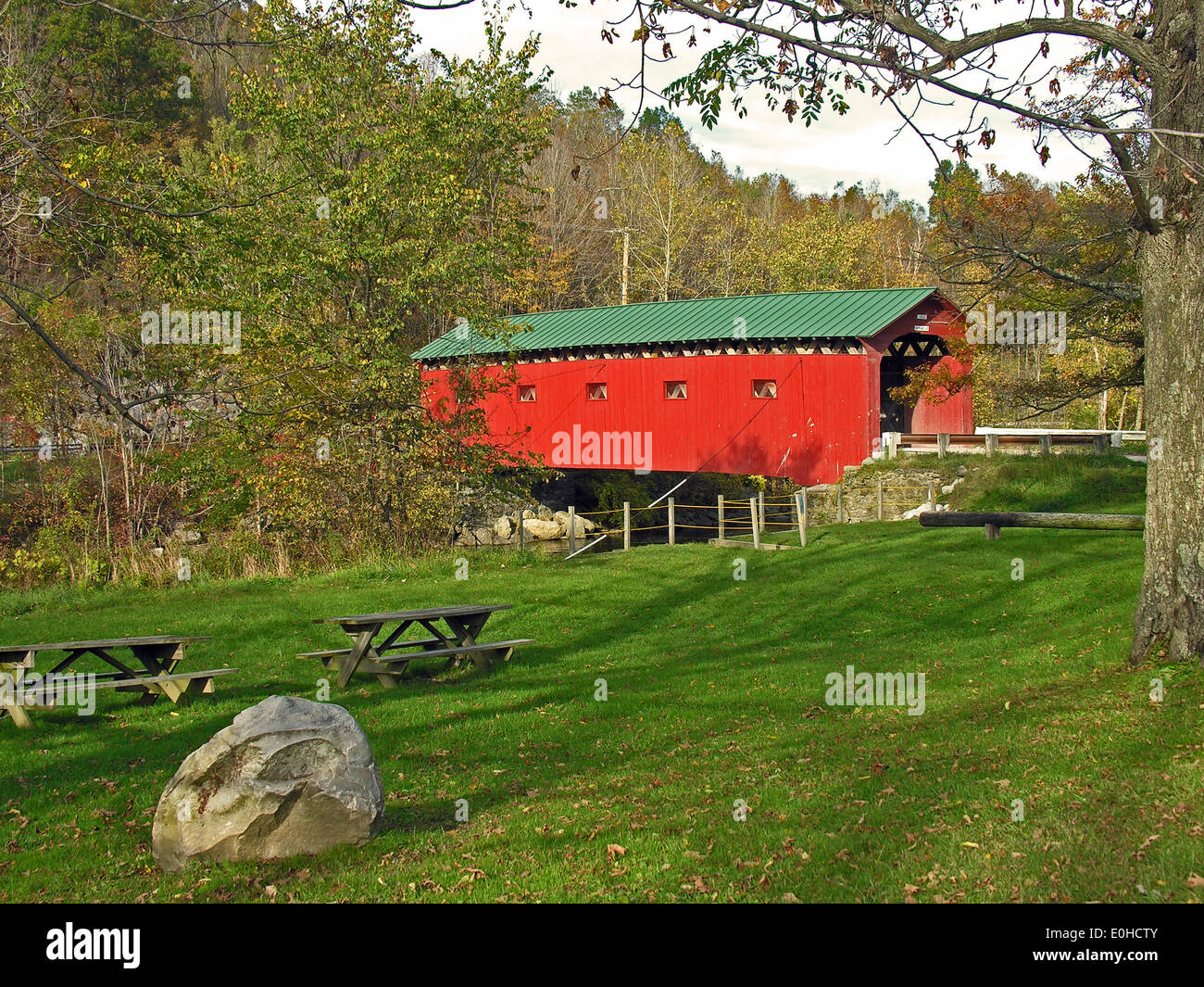 West Arlington Covered Bridge, Vermont, USA. Built in 1852 it has a 74 ft span over the Battenkill River. - Stock Image