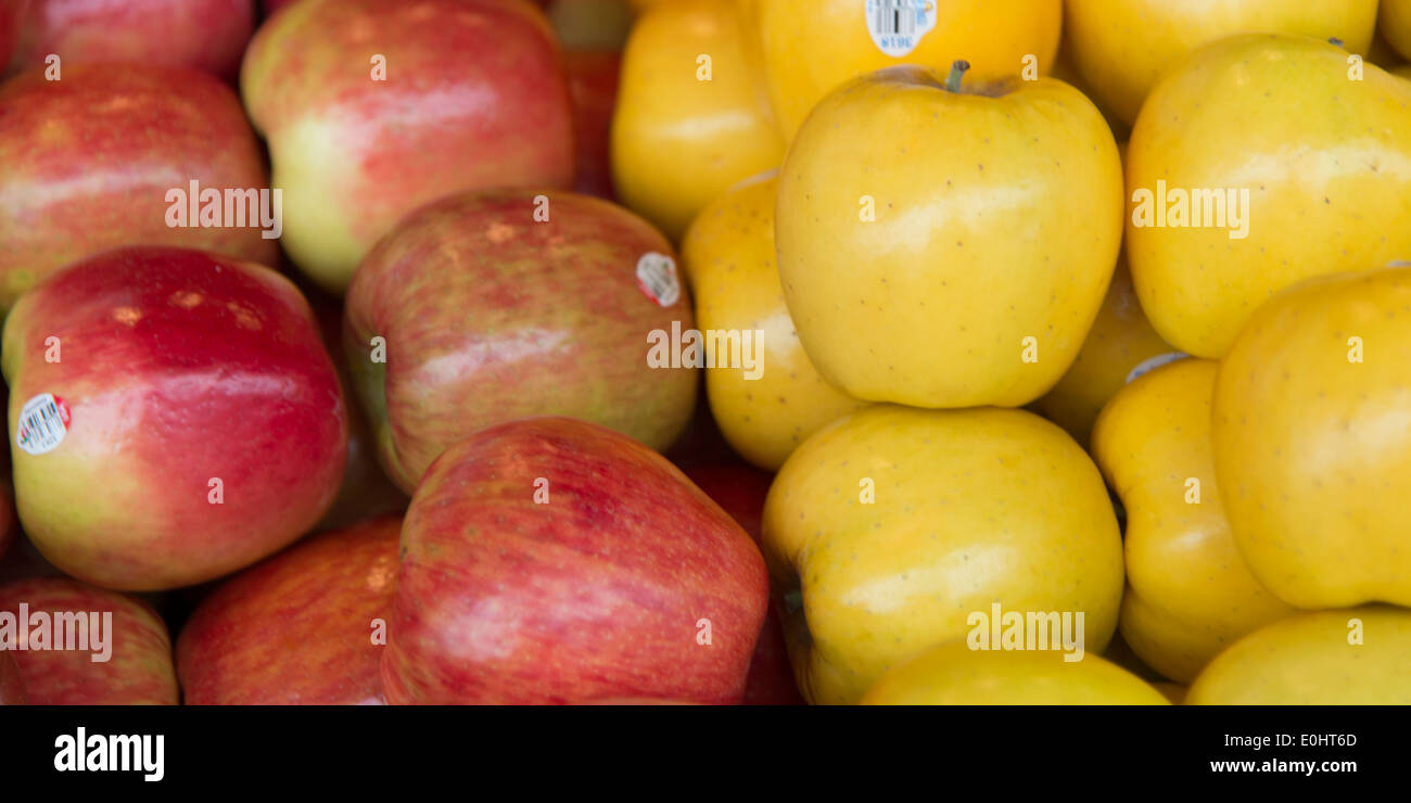 Close-up of apples for sale at a market stall, Pike Place Market, Seattle, Washington State, USA - Stock Image