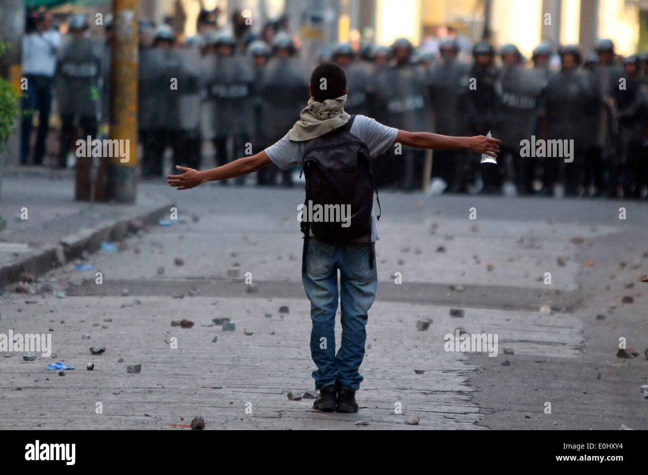 Tegucigalpa, Honduras. 13th May, 2014. A supporter of the former Honduran President Manuel Zelaya participates in a clash against police in front of the National Congress in Tegucigalpa, Honduras, on May 13, 2014. Followers and deputies of the Liberty and Refoundation Party (Libre, for its acronym in Spanish), the second political force in Honduras, broke in the National Congress on Tuesday, after clashing with police elements that guarded the Legislative Palace. Credit:  Rafael Ochoa/Xinhua/Alamy Live News Stock Photo