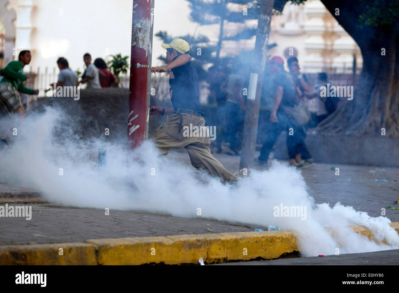 Tegucigalpa, Honduras. 13th May, 2014. Supporters of former Honduran President Manuel Zelaya participate in a clash with police elements in front of the National Congress, in Tegucigalpa, Honduras, on May 13, 2014. Followers and deputies of the Liberty and Refoundation Party (Libre, for its acronym in Spanish), the second political force in Honduras, broke in the National Congress on Tuesday, after clashing with police elements that guarded the Legislative Palace. Credit:  Rafael Ochoa/Xinhua/Alamy Live News Stock Photo