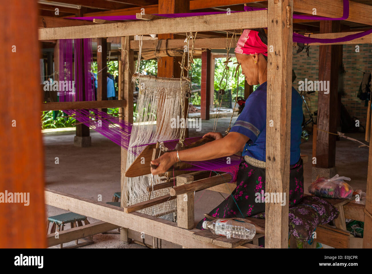 Senior woman weaving in Yunnan Province, China - Stock Image