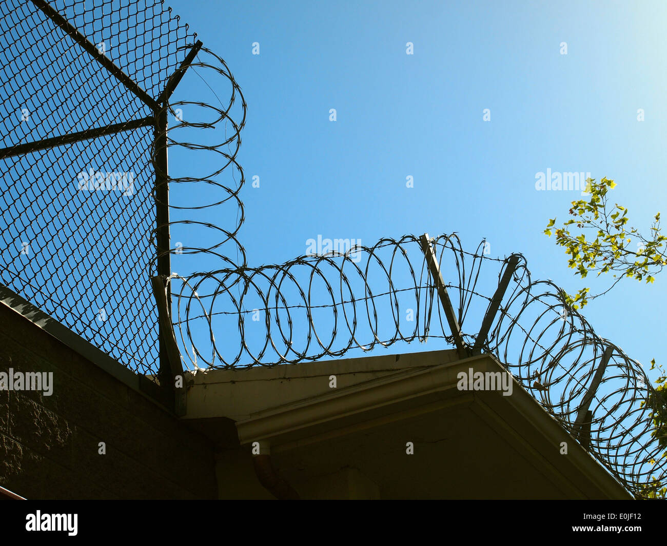 razor wire on top of Consulate General of the People's Republic of China San Francisco - Stock Image