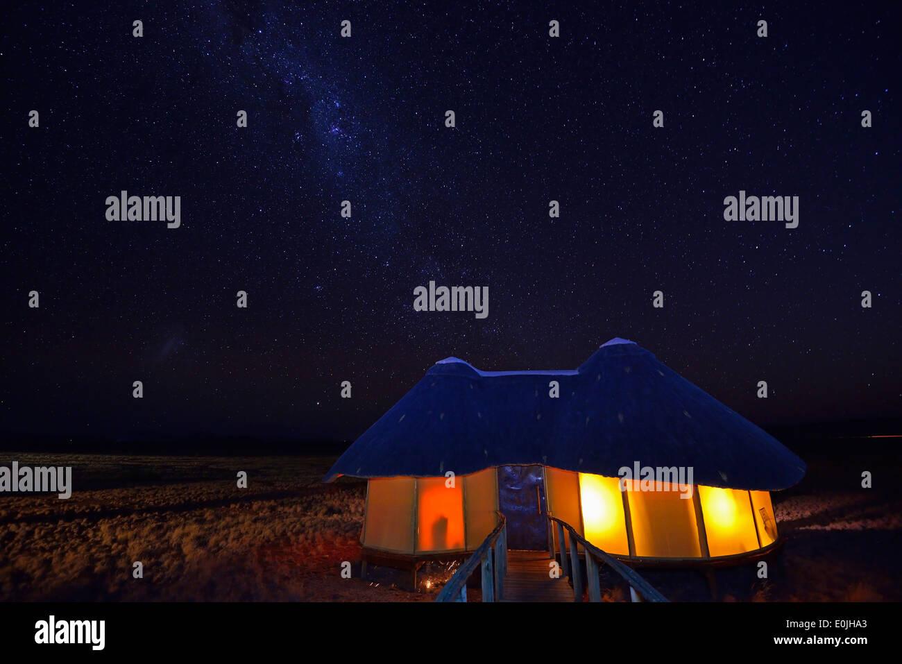 Huetten, Chalets der Sossus Dune Lodge bei Nacht mit Milchstrasse, Namib Naukluft Nationalpark, Sossusvlei, Namibia, Afrika - Stock Image