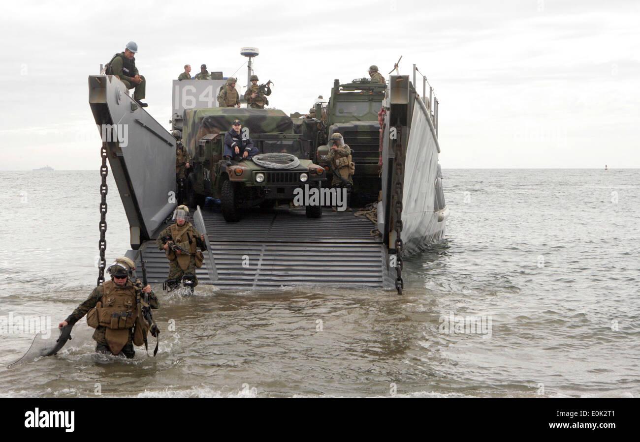 081207-M-5633L-002 VENTURA, Calif. (Dec. 7, 2008) Marines assigned to Bravo Company, 1st Battalion, 13th Marine Expeditionary - Stock Image