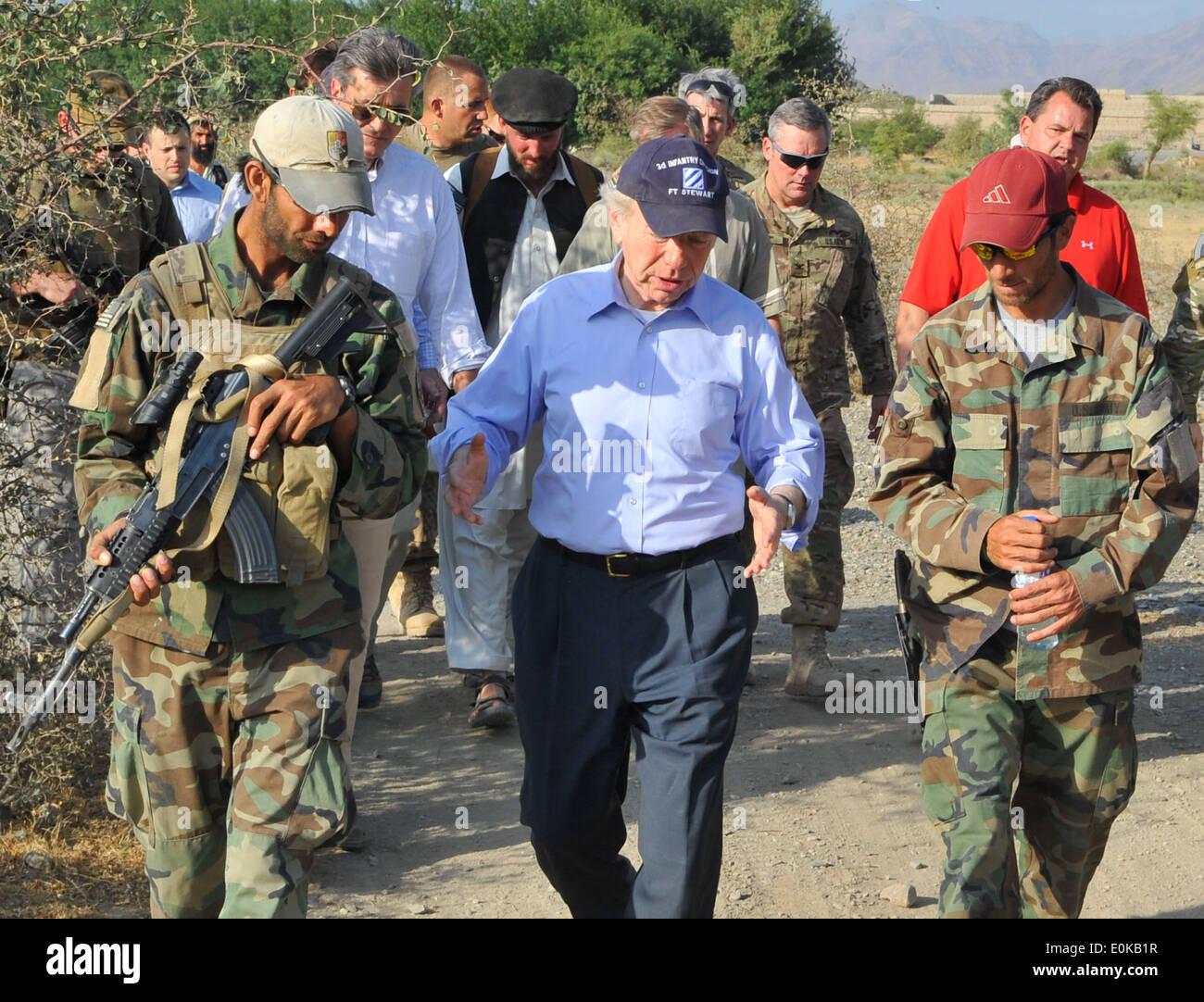 KONAR PROVINCE, Afghanistan - Sen. Joe Lieberman speaks with U.S. Special Operations Forces team members in Mangwel village, Kh - Stock Image