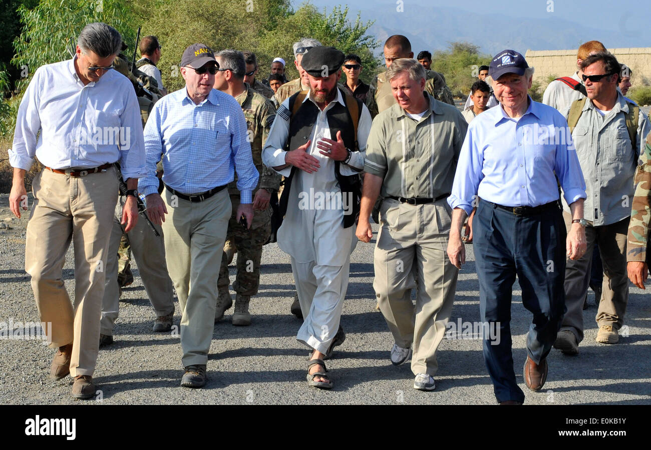 KONAR PROVINCE, Afghanistan - Senators John McCain, Lindsey Graham and Joe Lieberman and a senatorial advisor discuss future op - Stock Image