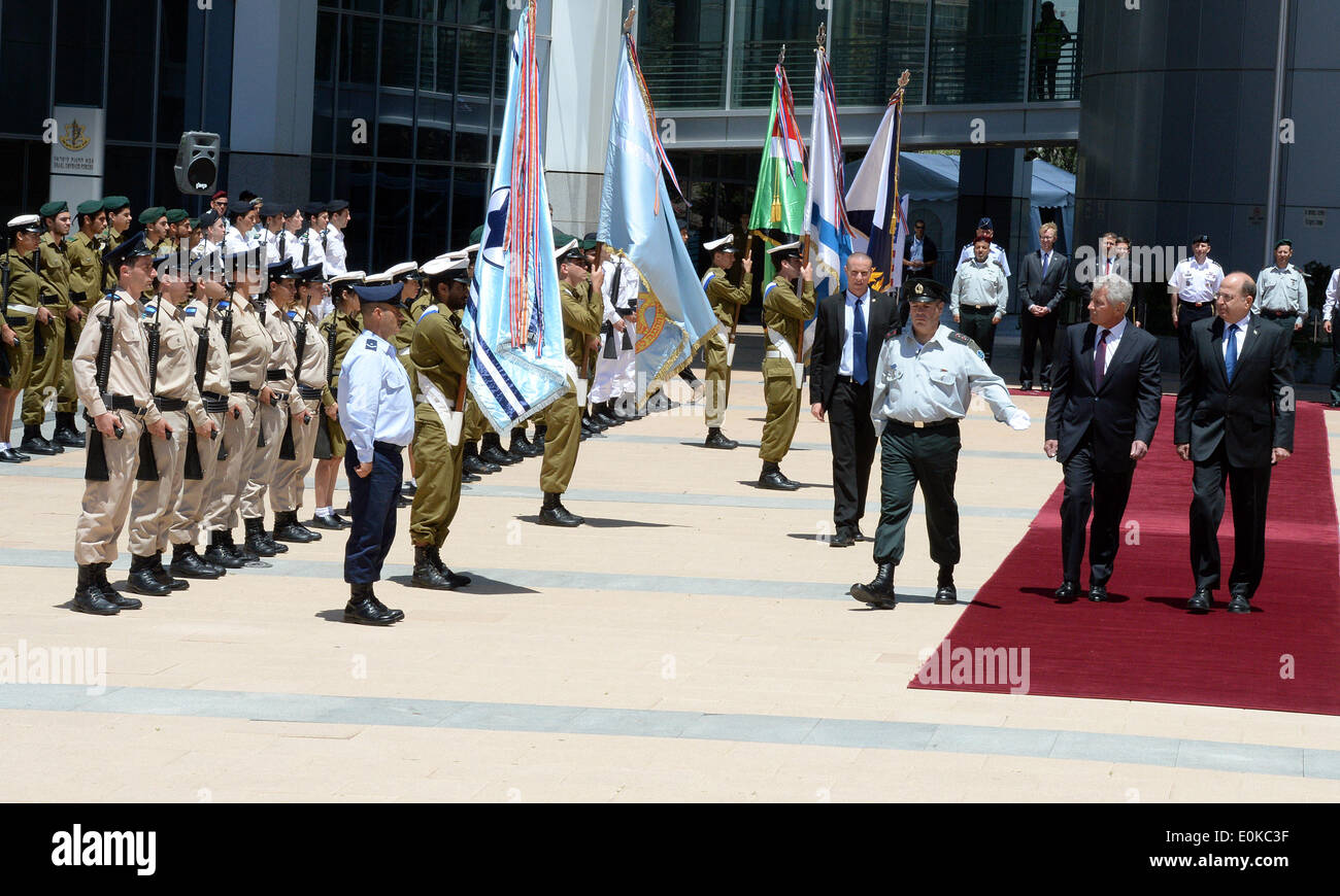 Jerusalem, Israel. 15th May, 2014. Israeli Defense Minister Moshe Ya'alon (1st R, Front) and visiting U.S. Secretary of Defense Chuck Hagel (2nd R, Front) review Israeli guards of honor at Israeli Ministry of Defense in Tel Aviv, Israel, on May 15, 2014. U.S. Secretary of Defense Chuck Hagel said on Thursday that he could not validate a recent media report of alleged Israeli spying in his country. Credit:  U.S. Embassy to Israel/Matty Stern/Xinhua/Alamy Live News - Stock Image