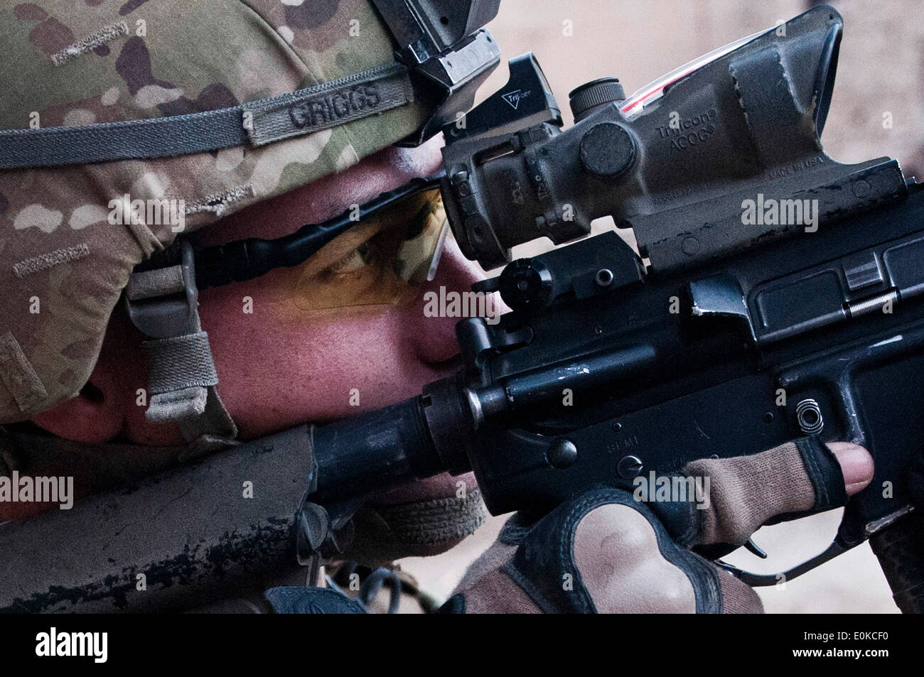 KUNAR PROVINCE, Afghanistan – Taking a look through his scope, U.S. Army Staff Sgt. Kimo L. Griggs, an infantry squad leader - Stock Image