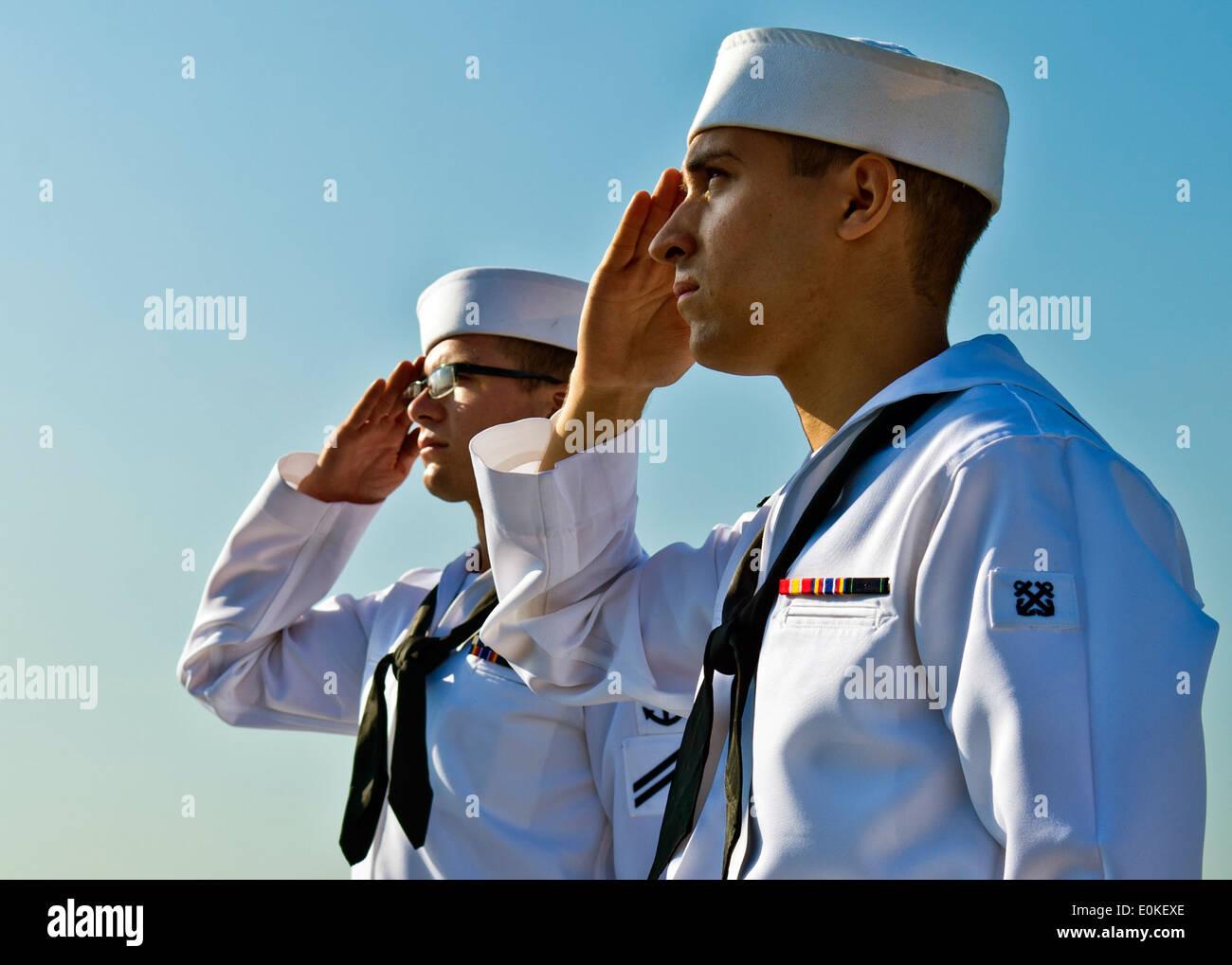 130405-N-IY633-015 MANILA, Philippines (April 5, 2013) – Seaman Matthew Voorting, left, and Boatswain's Mate Seaman Stephen - Stock Image