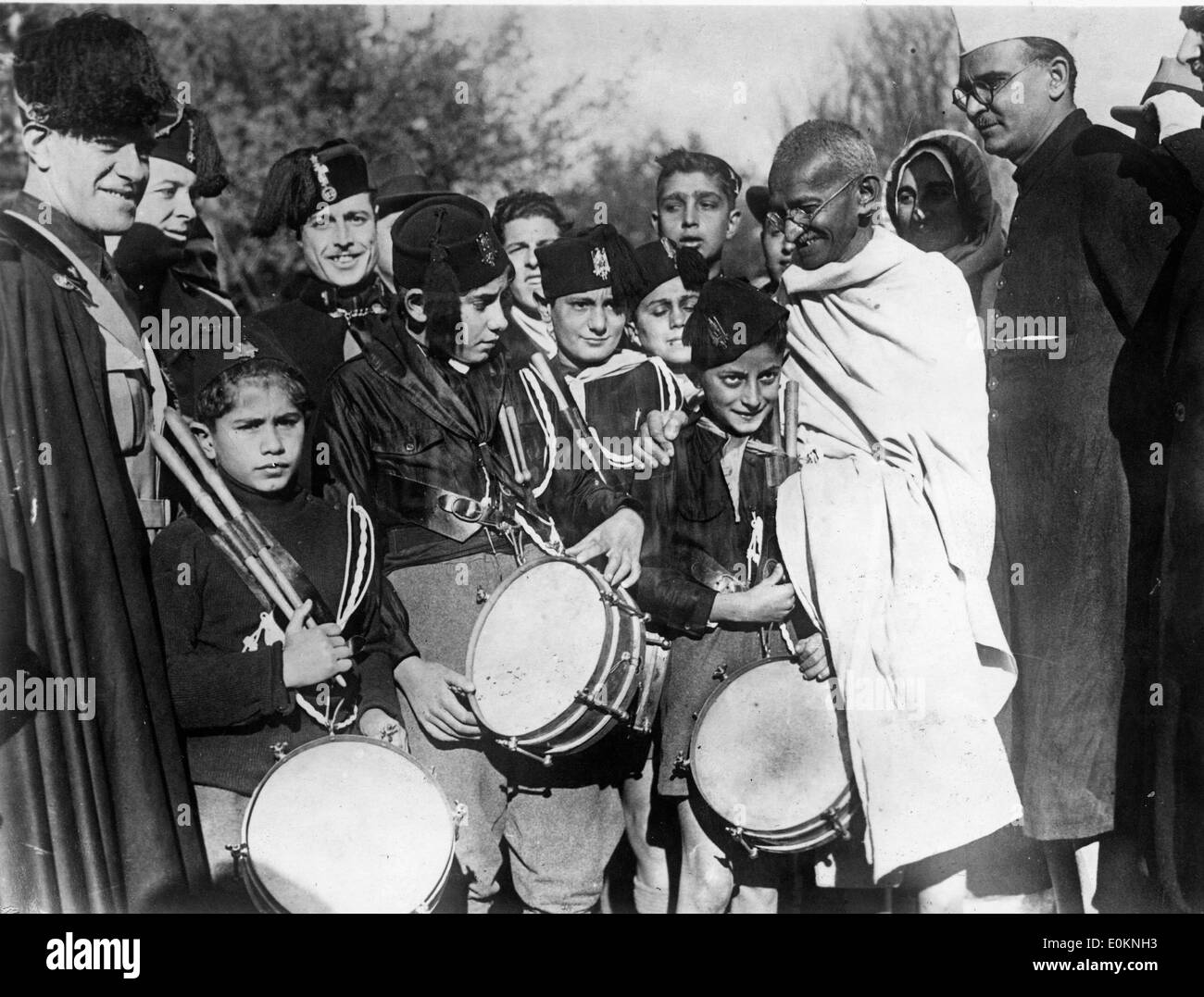 Mahatma Gandhi with children in the camp of the fascist Balilla of Rome - Stock Image