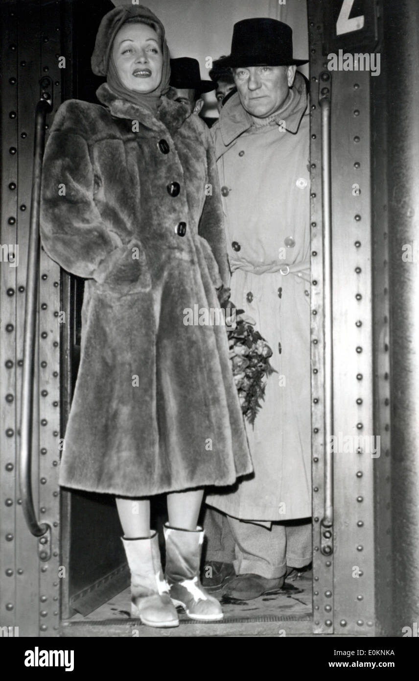 Actress Marlene Dietrich with actor Jean Gabin at a train station in Paris - Stock Image