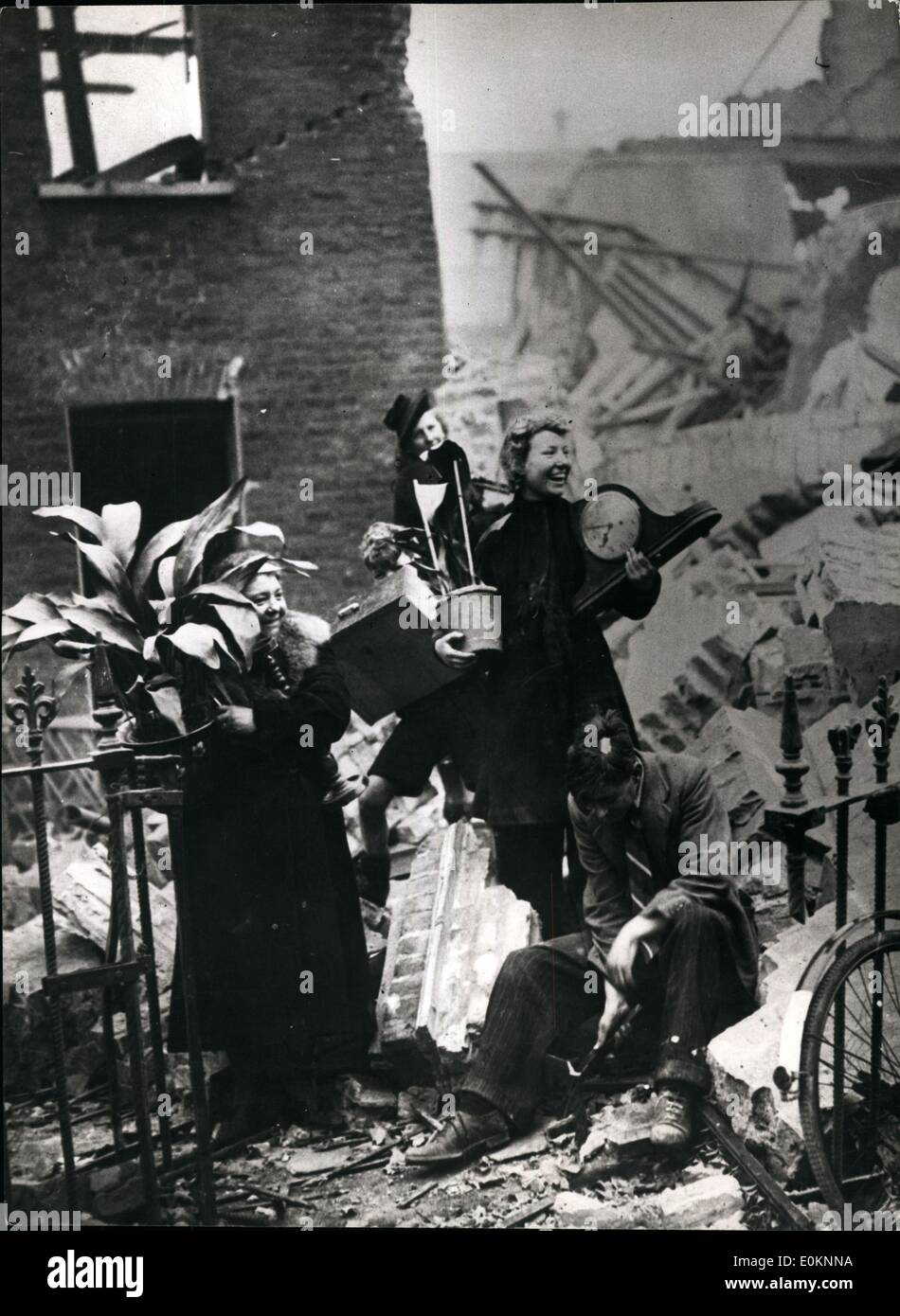 Sep. 09, 1940 - Salvage Time In London: Prized Family heirlooms, the asp Idestra. It was not forgotten when the house was bombed and the most valued possession Were salvaged. - Stock Image