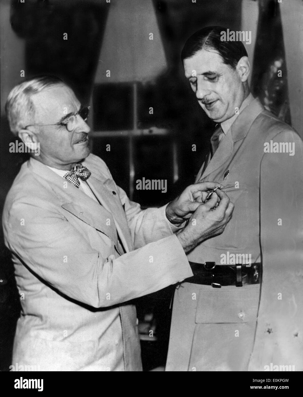 President Harry S. Truman awards General de Gaulle Legion of Merit at the White HouseStock Photo