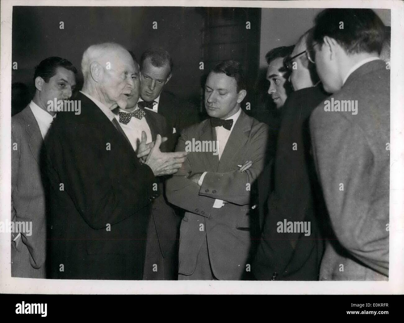Oct. 10, 1946 - United Nations General Assembly in U.S. 27.10.46. At the General Assembly of the United Nations at Flushing Meadows, New York, General Smuts gave a press interview. Here he is seen talking to members of the Press. - Stock Image