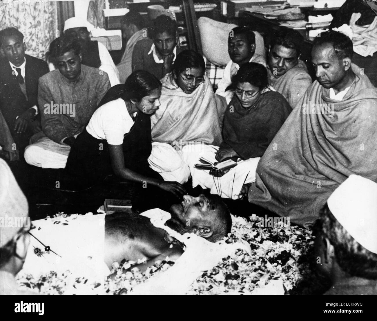 A neice of Mahatma Gandhi places flowers after his assassination at Birla House - Stock Image
