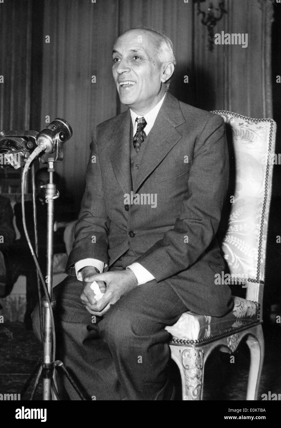Jawaharlal Nehru speaking at a press conference - Stock Image