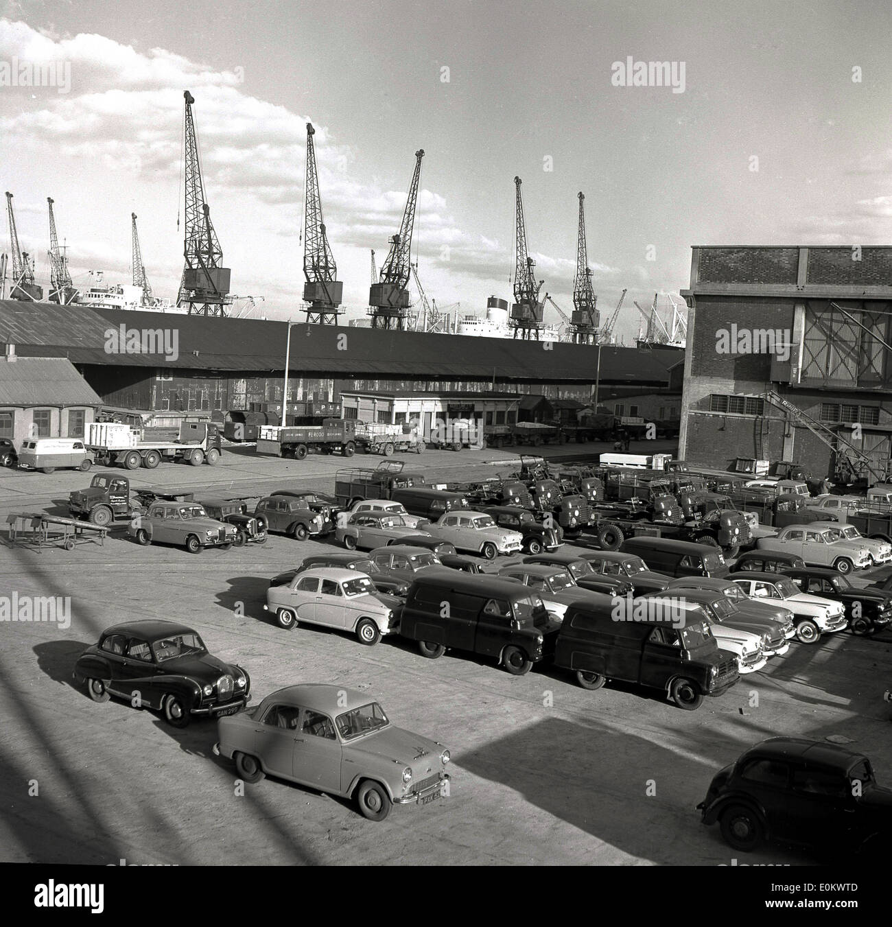 1950s, historical picture of Port of London showing old British cars parked waiting to be shipped overseas. - Stock Image