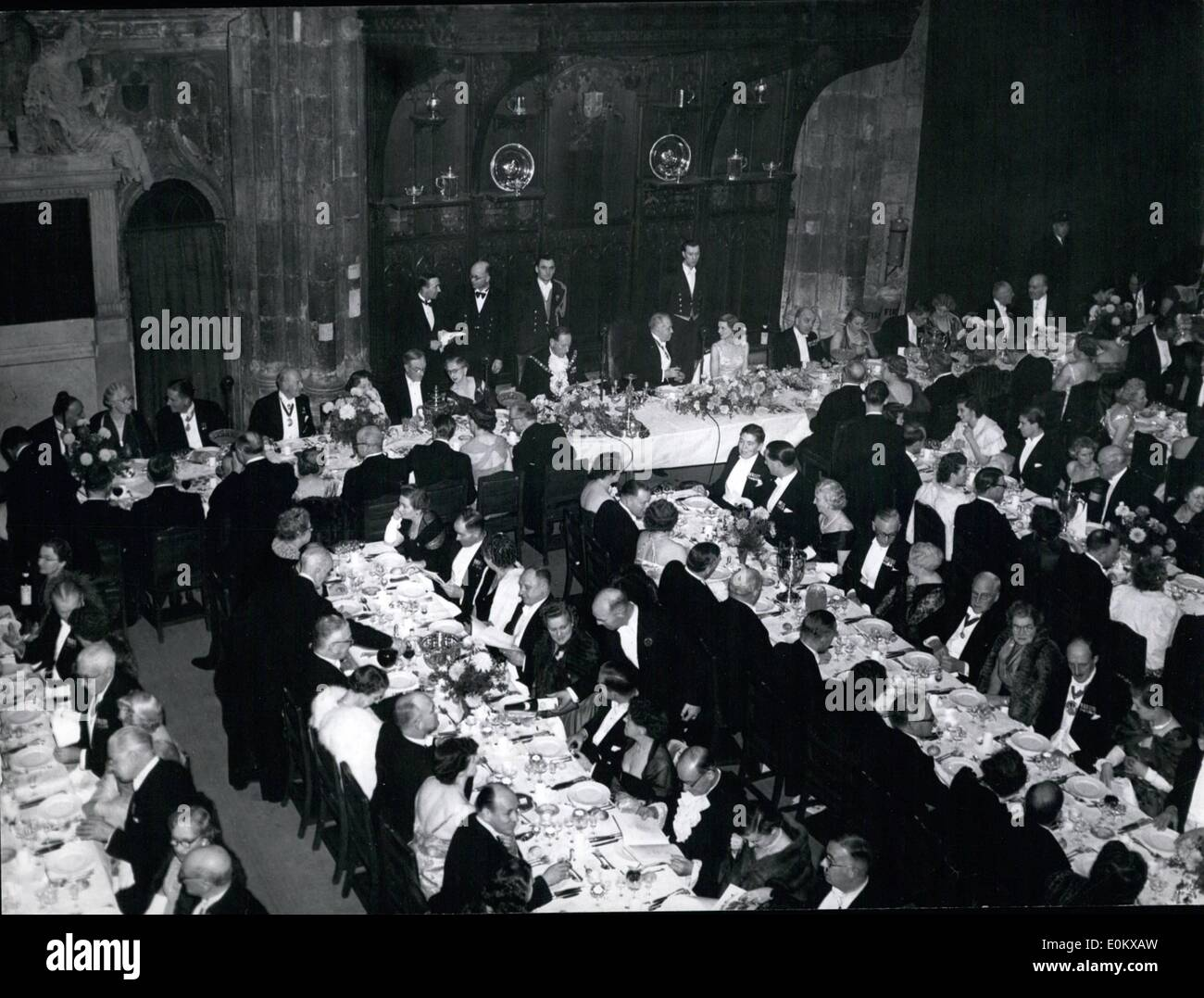 Nov. 11, 1950 - Historic setting for city livery club's annual dinner.: Last night in London's ancient Guildhall, the city Livery Club held its 36th annual banquet. Among the guests were the Lord and Lady Mayoress. The club was founded in 1914 to bind together the Liverymen of the various City Guilds by bonds of common interest in defence of all the citizens hold dear. Photo shows the scene in London's ancient Guildhall last night when the City Livery Club held its 36th. annual banquet. The Lord Mayor and Lady Mayoress seen in the picture were chief guests of honour. - Stock Image