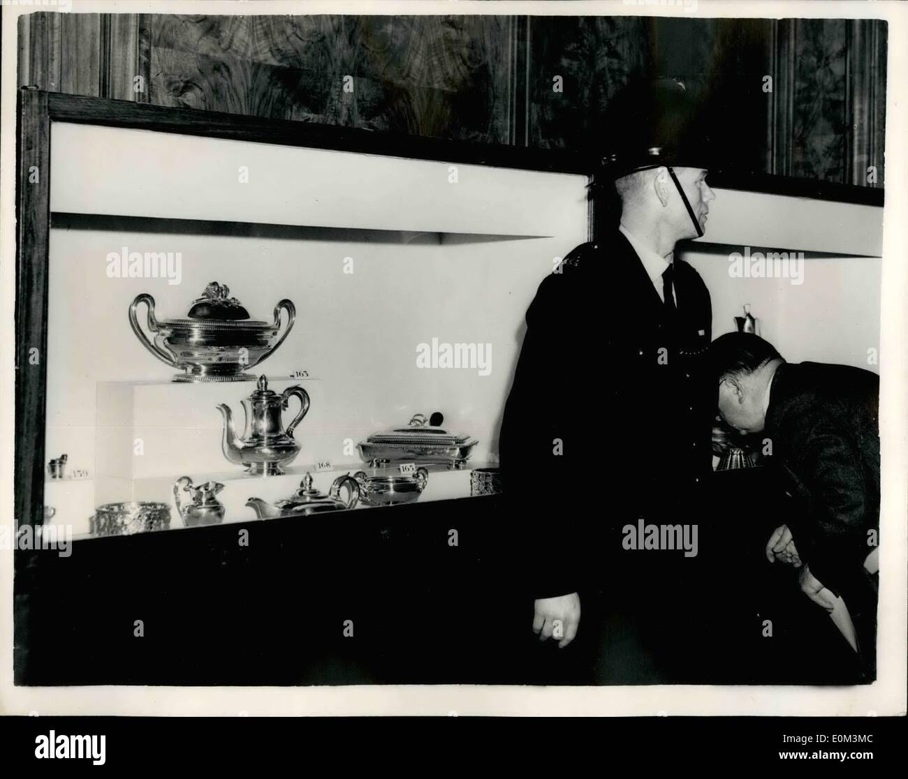 May 05, 1953 - Closely Guarded Relics Of Kings On Show. P.C. On Duty At Goldsmiths Hall: Items valued at about a Million Pounds - Stock Image