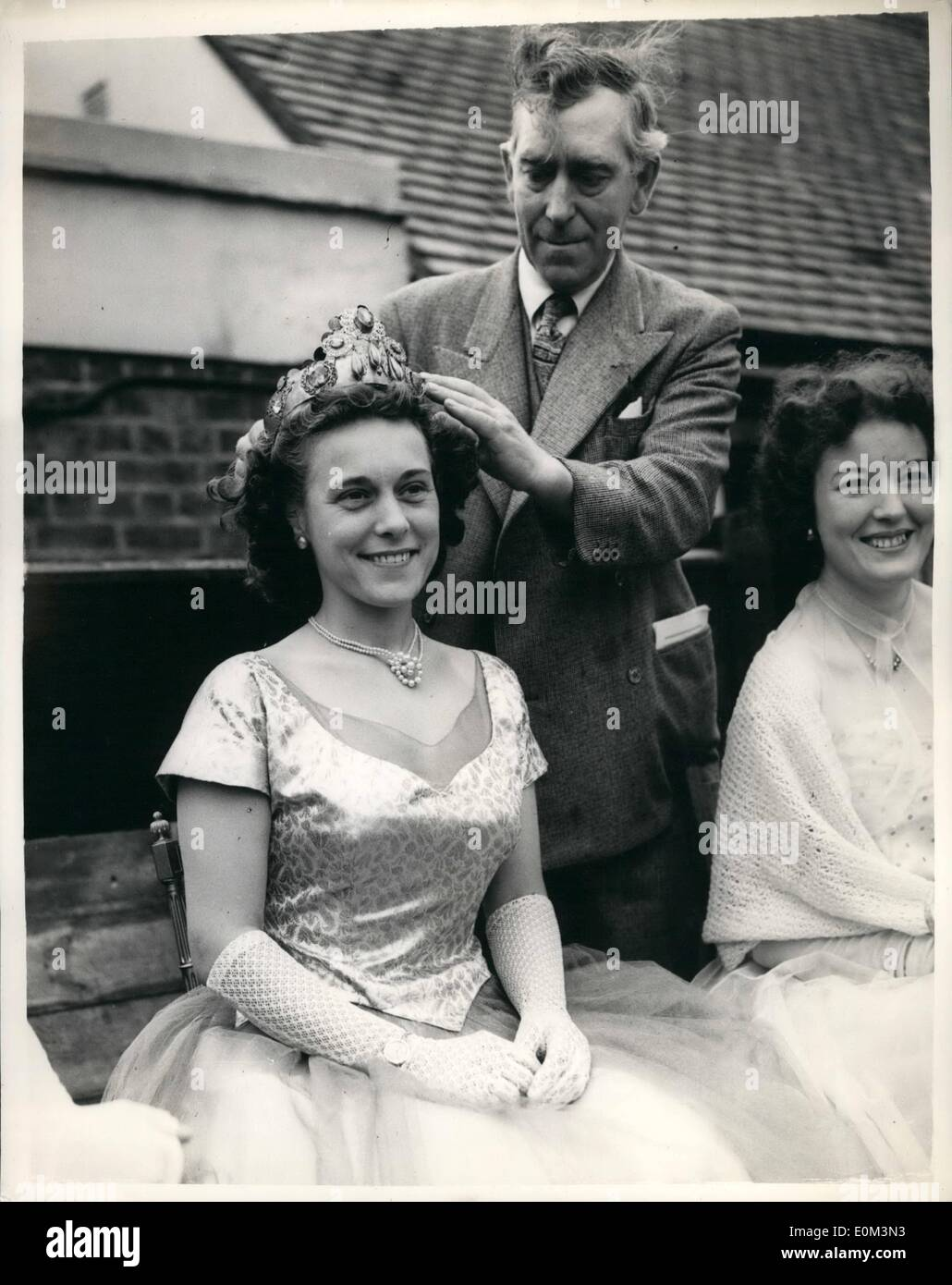 May 05, 1953 - Revival of 13th. Century Fair at Cheam.. Crowning The Queen. Even the stocks were to be seen at the 13th. Century Fair which was opened by Sir Sidney Marshall M.P. for Button and Cheam - at Crowning of 27 year old Mrs. Eunice Pither as Queen of the Fair. Keystone Photo Shows:- Mr. J.C. Robertson crowns Mrs. Pither as queen of the fair - at Cheam this morning. - Stock Image