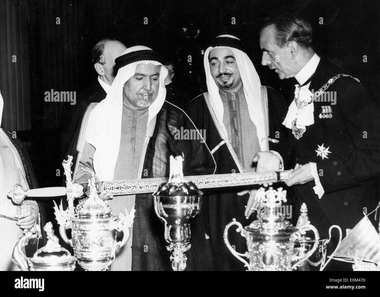 Jun 08, 1953; London, England, UK; LORD MAYOR of London showing the SHEIK of Kuwait the Queen Elizabeth (1553) Pearl Sword. - Stock Image