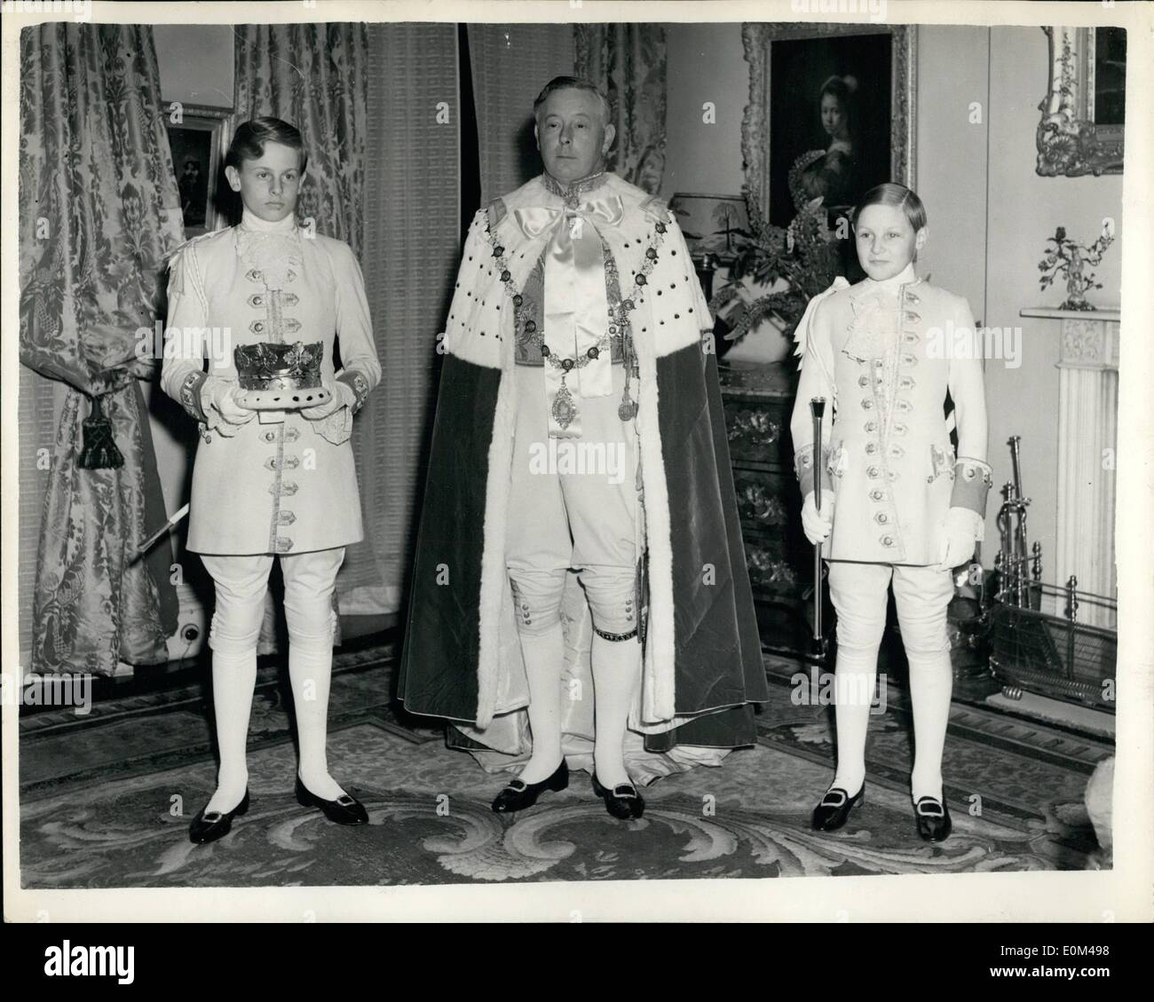 May 05, 1953 - Duke of Norfolk in his coronation Robes.: The man with the biggest job in Britain today, the man planner behind the coronation preparations, the Earl Marshal, the duke of Norfolk, photographed last night wearing his own coronation day robes, with him are his page-boys, James Drummond (left), holding the Duke's coronet, and (right), Duncan da Vidson with the earl marshal's staff. - Stock Image
