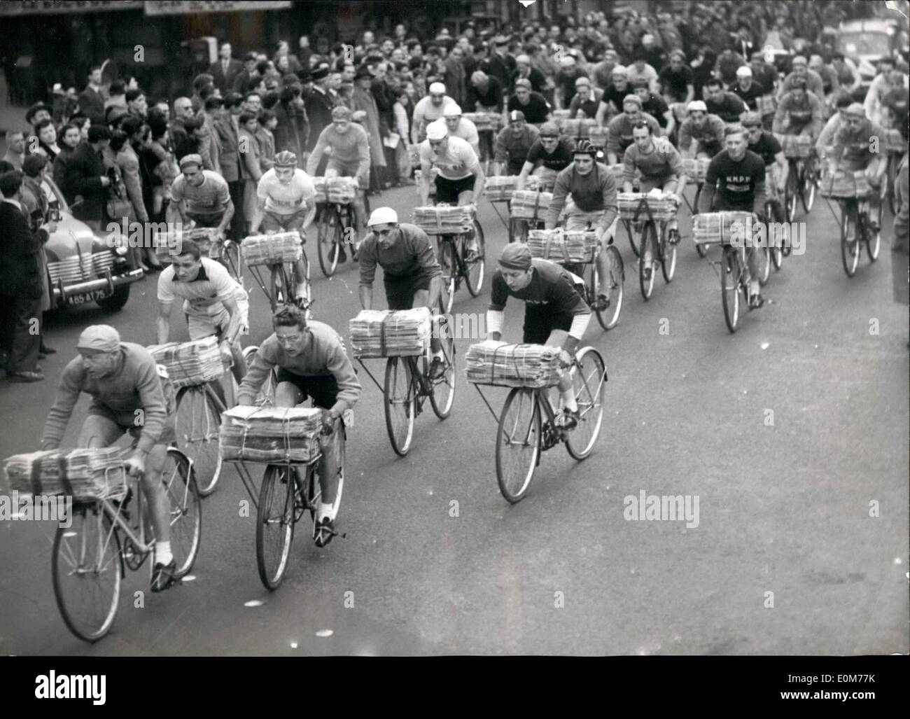 Nov. 11, 1953 - Newspaper Messengers In Annual Race Across Paris: The Start Of The Annual Newspaper Messengers' Race Across Paris This Morning. The Event Is Familiarly Known As The Race Of ''Those Who Are Always On The Road' - Stock Image