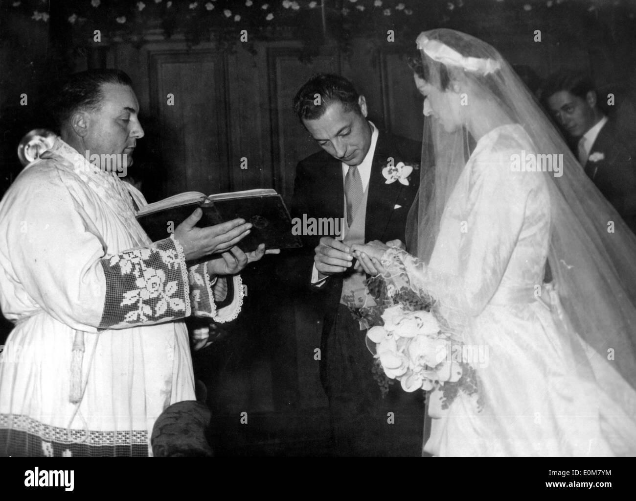 Gianni Agnelli marries Marella Caracciolo Stock Photo ...