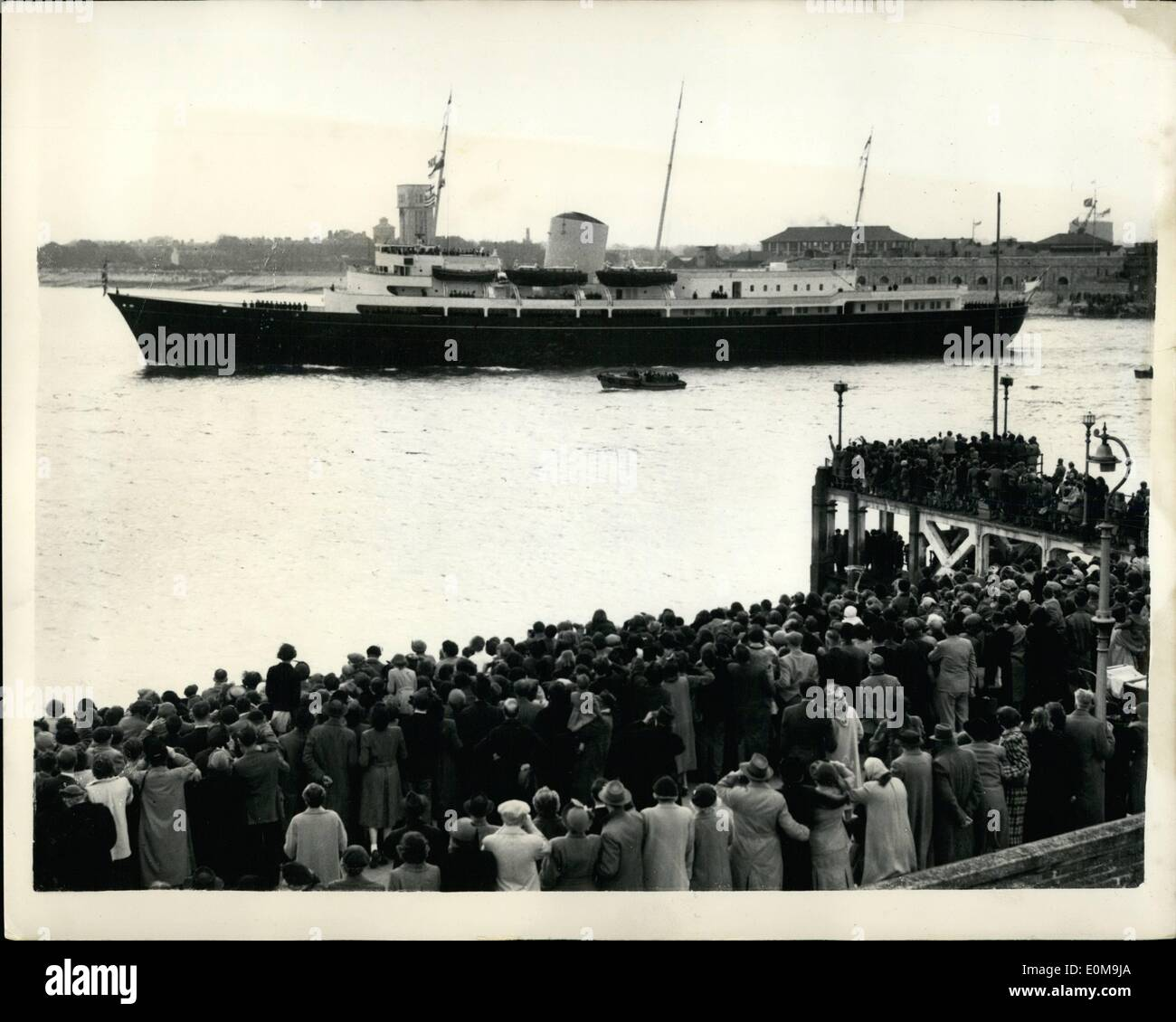 Apr. 04, 1954 - The Royal children leave Portsmouth for Tobruk, crowds wave farewell. Prince Charles and Princess Anne left Portsmouth aboard the new Royal Yacht Britannia for Tobruk this afternoon to meet their parents, The Queen and Duke of Edinburgh. They were seen off by the Queen Mother and Princess Margaret. Keystone Photo shows: The scene as the huge crowd waves farewell from the shore at Portsmouth this afternoon as the Britannia left on her voyage to Tobruk with the Royal children aboard. - Stock Image