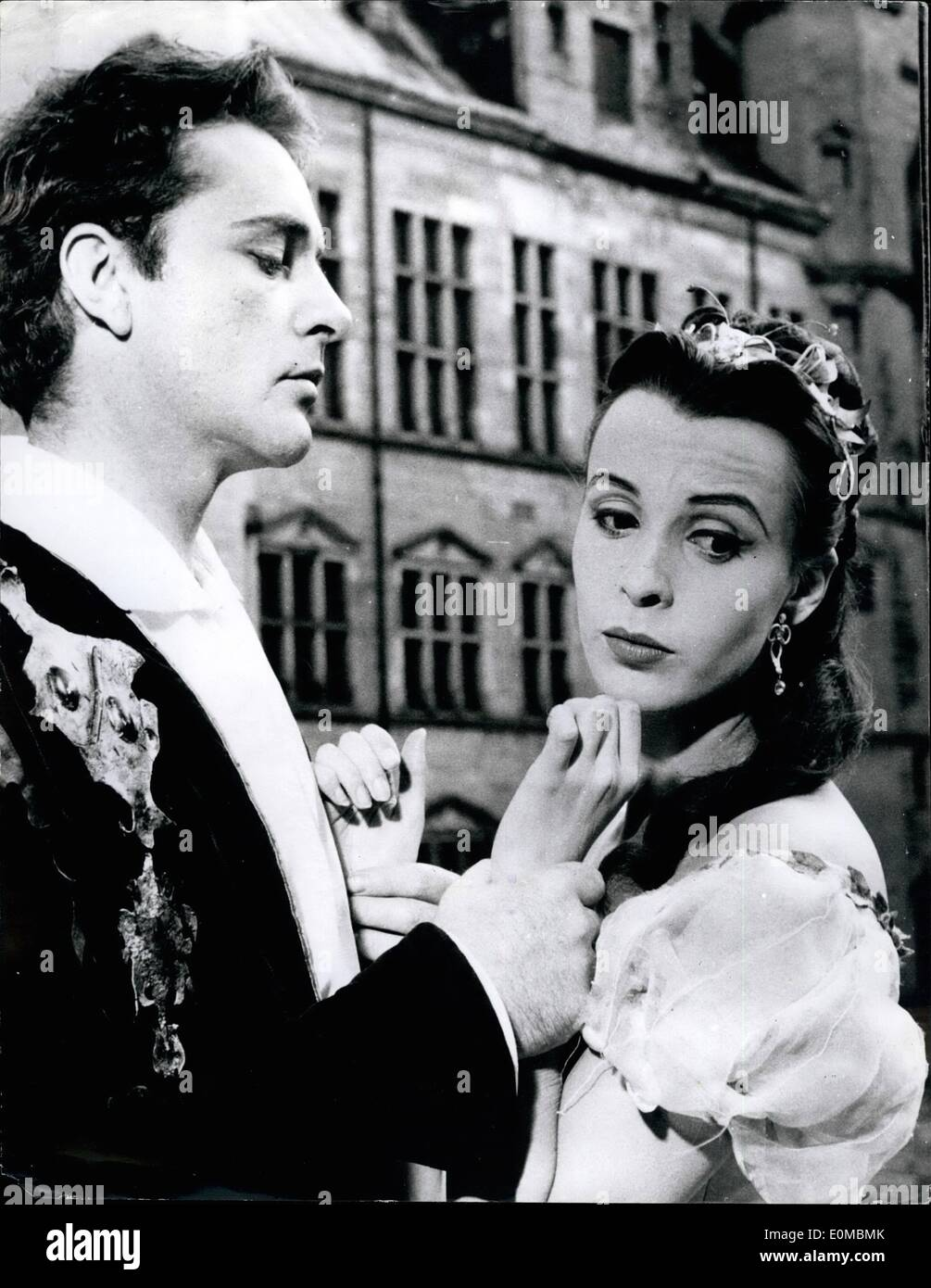 Jun. 06, 1954 - ''Hamlet'' in Denmark.: Photo shows Richard Burton as Hamlet, and Claire Bloom as Phelia seen in the court yard - Stock Image