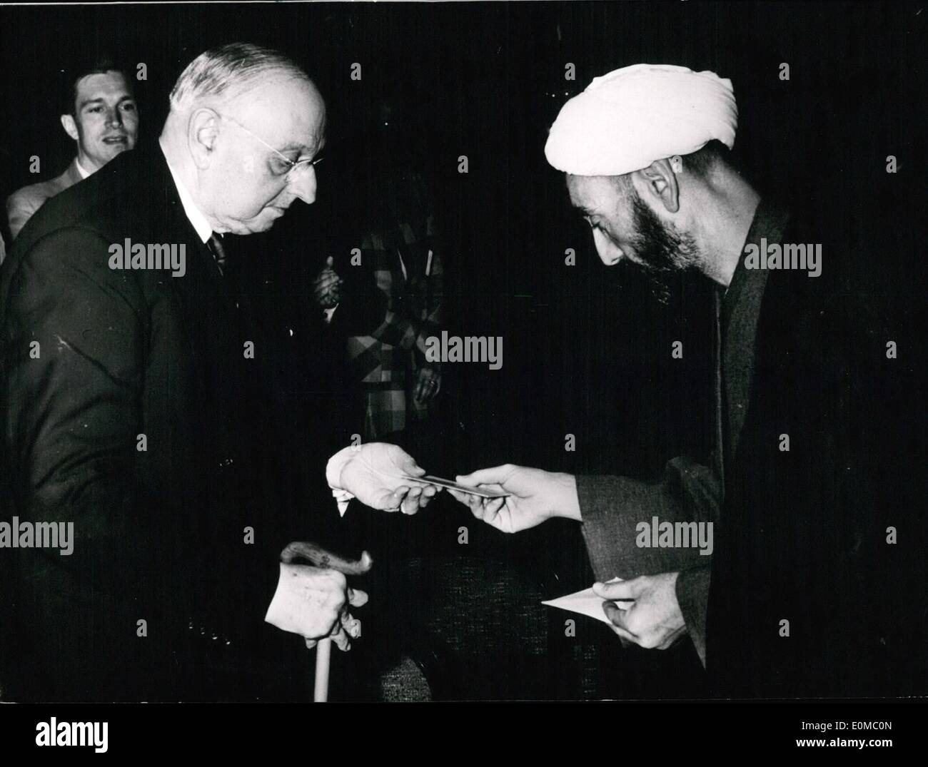Jun. 06, 1954 - Personally greetings from the Shah of Iran.: The sheich Hadji Mujtahedi from Nishapur brought a letter from the - Stock Image