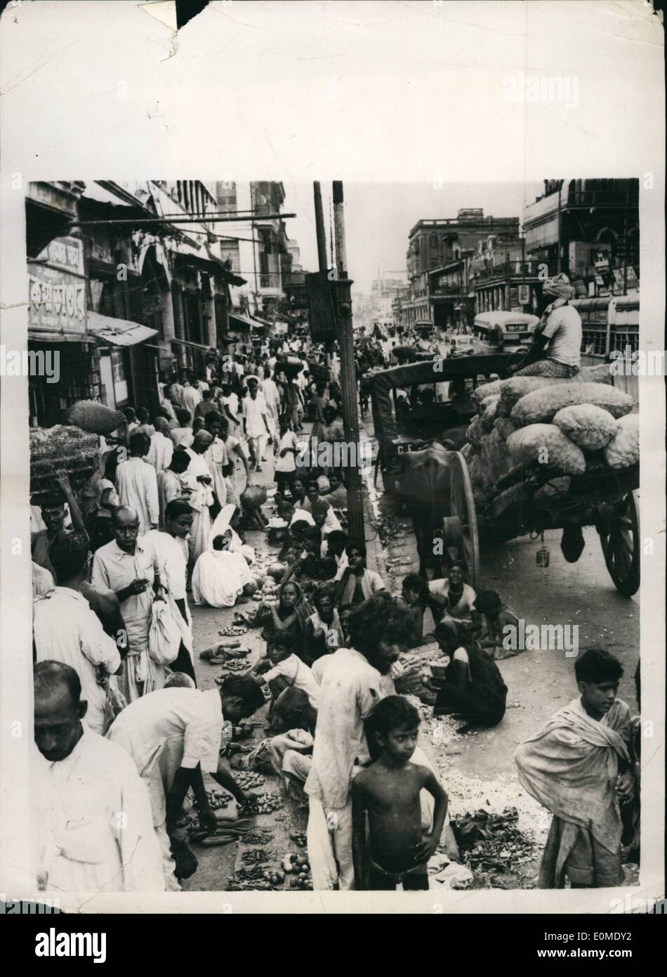 Jan. 01, 1955 - Wholesale retailing in Calcutta: Calcutta today is largely a city of congestion and overcrowding but nowhere so - Stock Image
