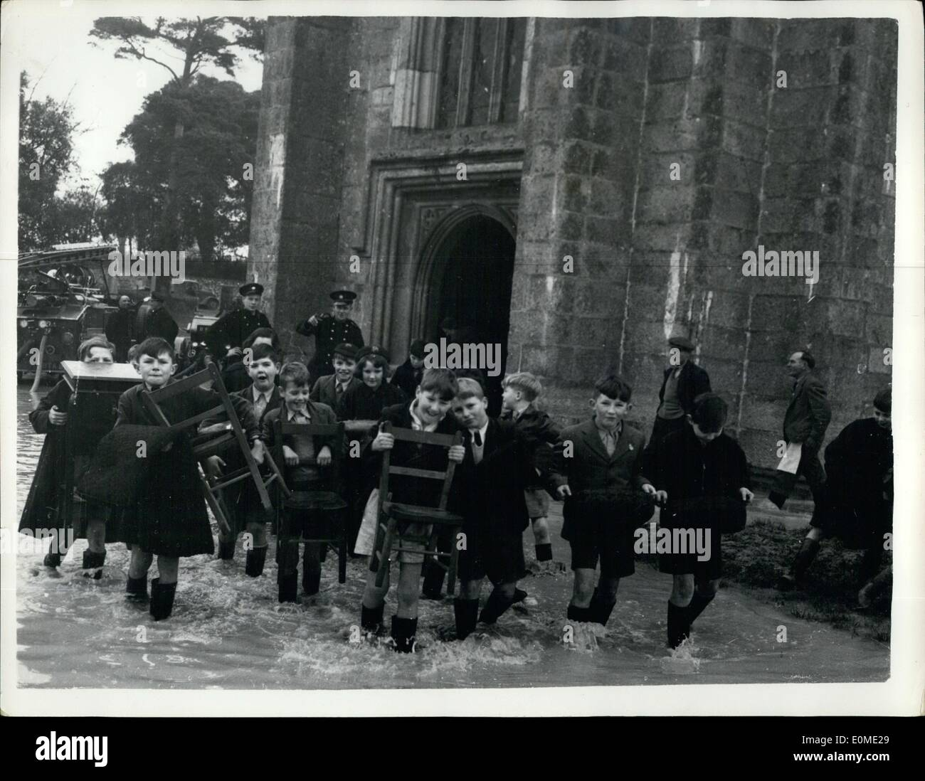 Nov. 11, 1954 - FLOODS IN DEVON: PHOTO SHOWS:- Schoolchildren, of Plympton, Devon, the were evacuated from their Stock Photo