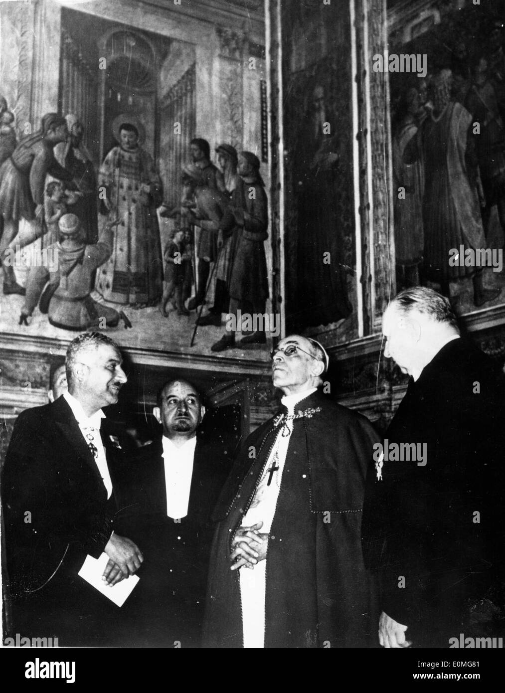 Pope Pius XII viewing 13th Century art work at the Vatican - Stock Image