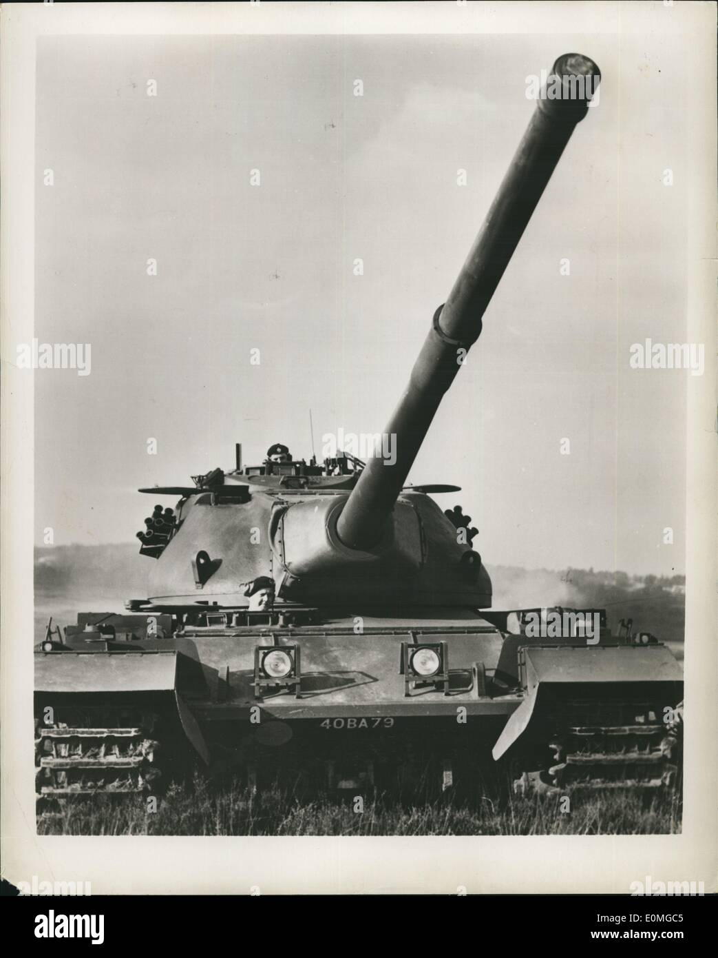 Apr. 04, 1955 - Conqueror Aims High By Electric Control: On trial Army in Germany is Britain's latest, heaviest tank, the Conqueror. Powered by a Meteor wine, the 65-tons tank travels at 20 m.p.h. and carriers a crew of four. It was designed by the team responsible for the Centurion, British tank that won high praise from the allies in Korea. Photo shows The long run barrel of the Conqueror points to the sky during a demonstration at the British Fighting Vehicle Research and Development Establishment at Surrey, England - Stock Image