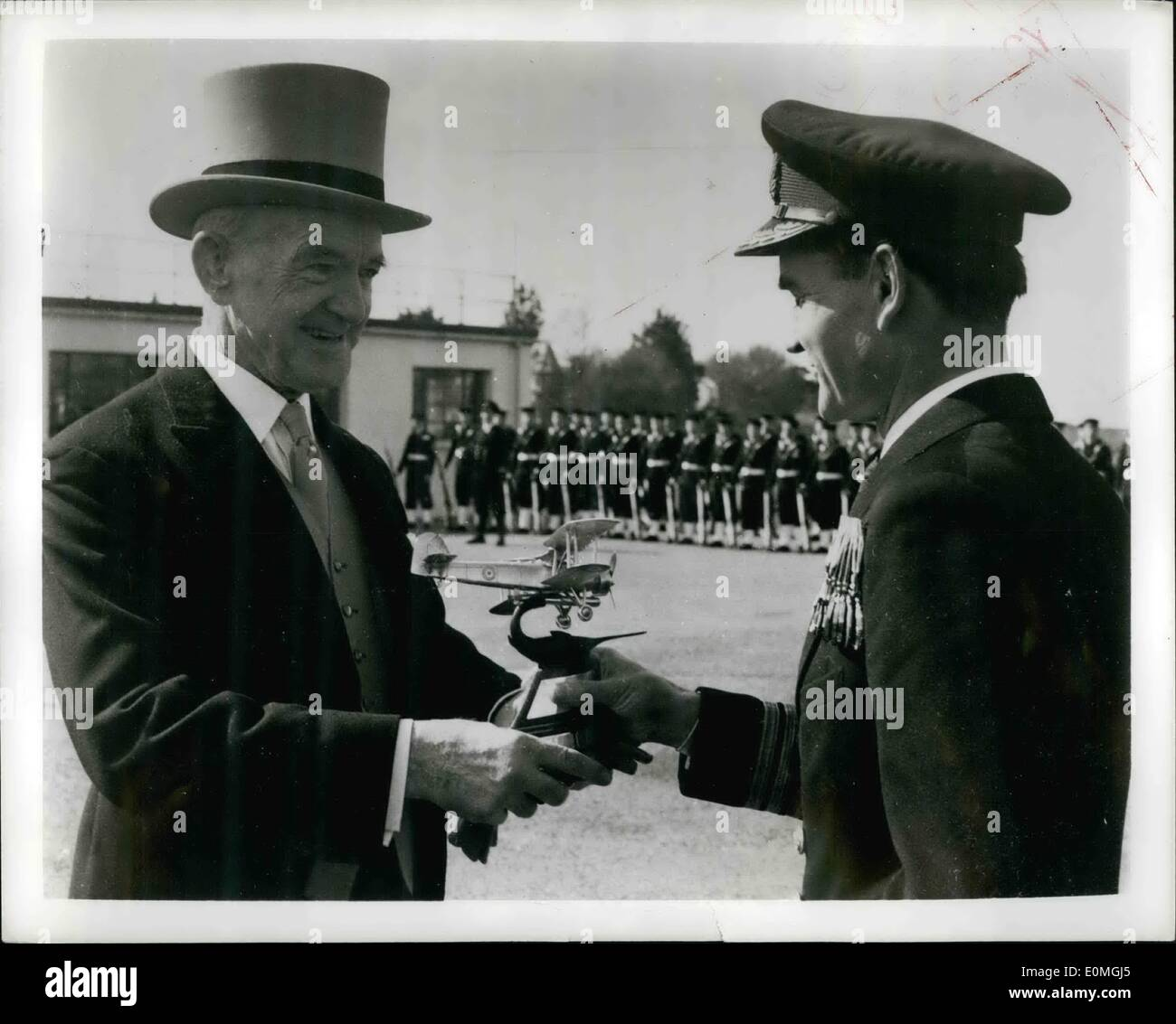 Apr. 04, 1955 - Wartime ace is award winning test pilot; The Boyd Trophy, awarded annually in Britain for the most outstanding feat in naval aviation, was presented this year to the Naval Test Squadron at the Airplane and Armament establishment at Boscome Down, England, for its contribution to the improvement of naval aircraft and the testing of new and undeveloped types. Photo Shows Admiral Sir Denis Boyd (left) presents the to Commander SG Orr of the Naval Test Squadron. During the war Commander Orr was a fighter pilot aboard the carrier ''Illustrious'' under Admiral Boyd's command - Stock Image