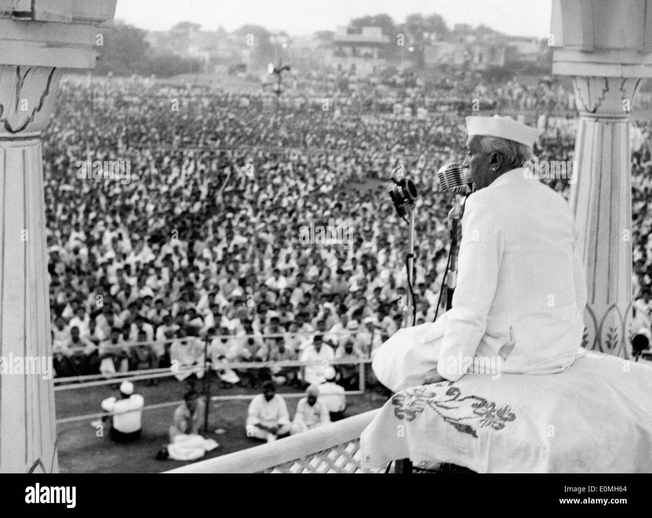 Jawaharlal Nehru gives a speech to Indian unionists and workers - Stock Image